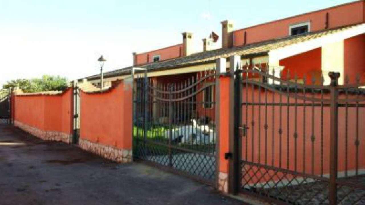 Villa in vendita a Pomezia, 5 locali, prezzo € 490.000 | Cambio Casa.it