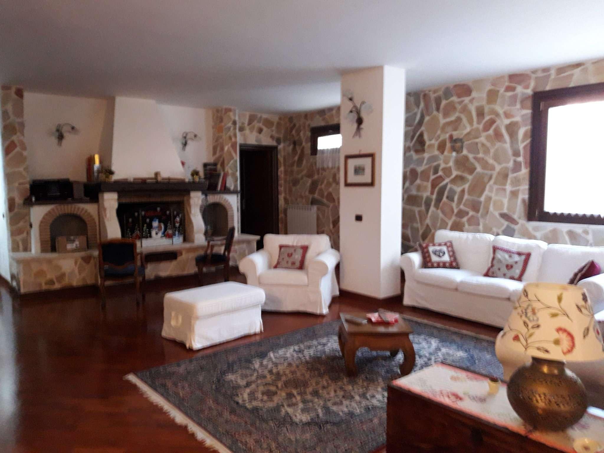 Villa in vendita a Pomezia, 6 locali, prezzo € 575.000 | Cambio Casa.it
