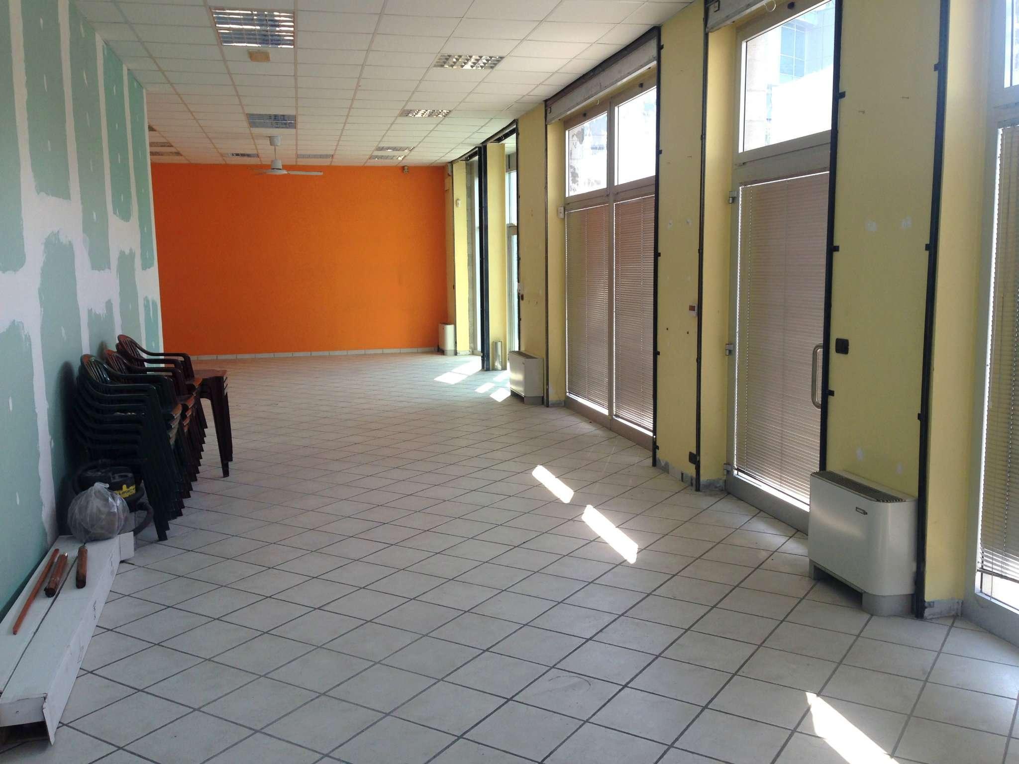 Negozio-locale in Affitto a Pinerolo: 2 locali, 115 mq