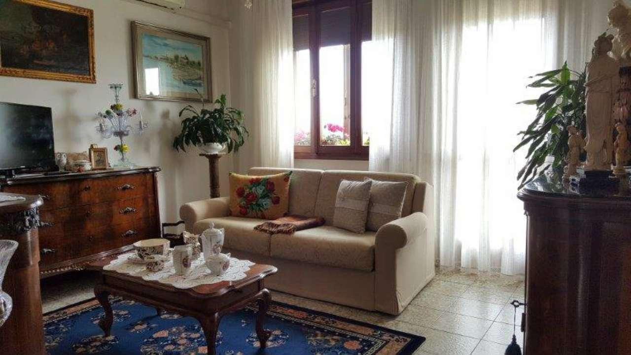 Appartamento in vendita a Venezia, 5 locali, zona Zona: 9 . Murano, prezzo € 220.000   CambioCasa.it