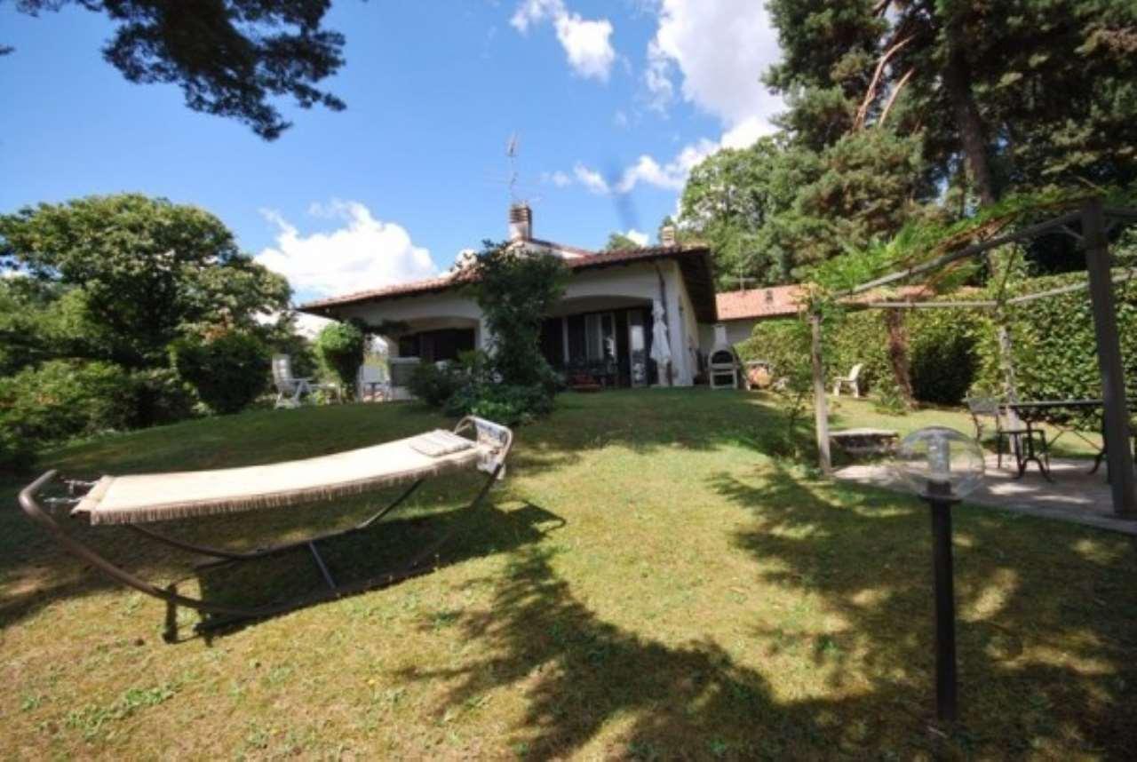 Villa in vendita a Arona, 6 locali, prezzo € 400.000 | Cambio Casa.it