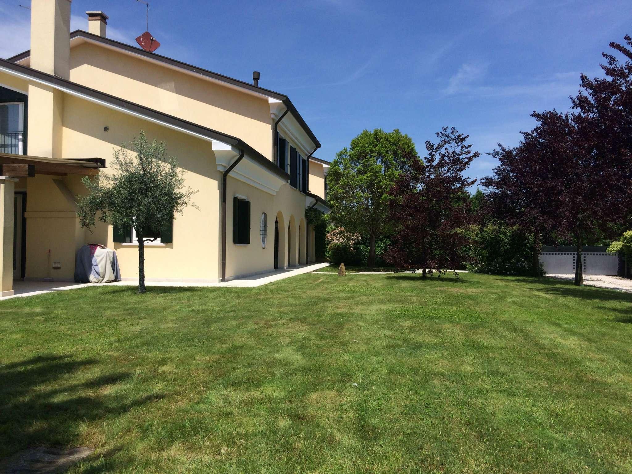 Villa Tri-Quadrifamiliare in Vendita a Martellago