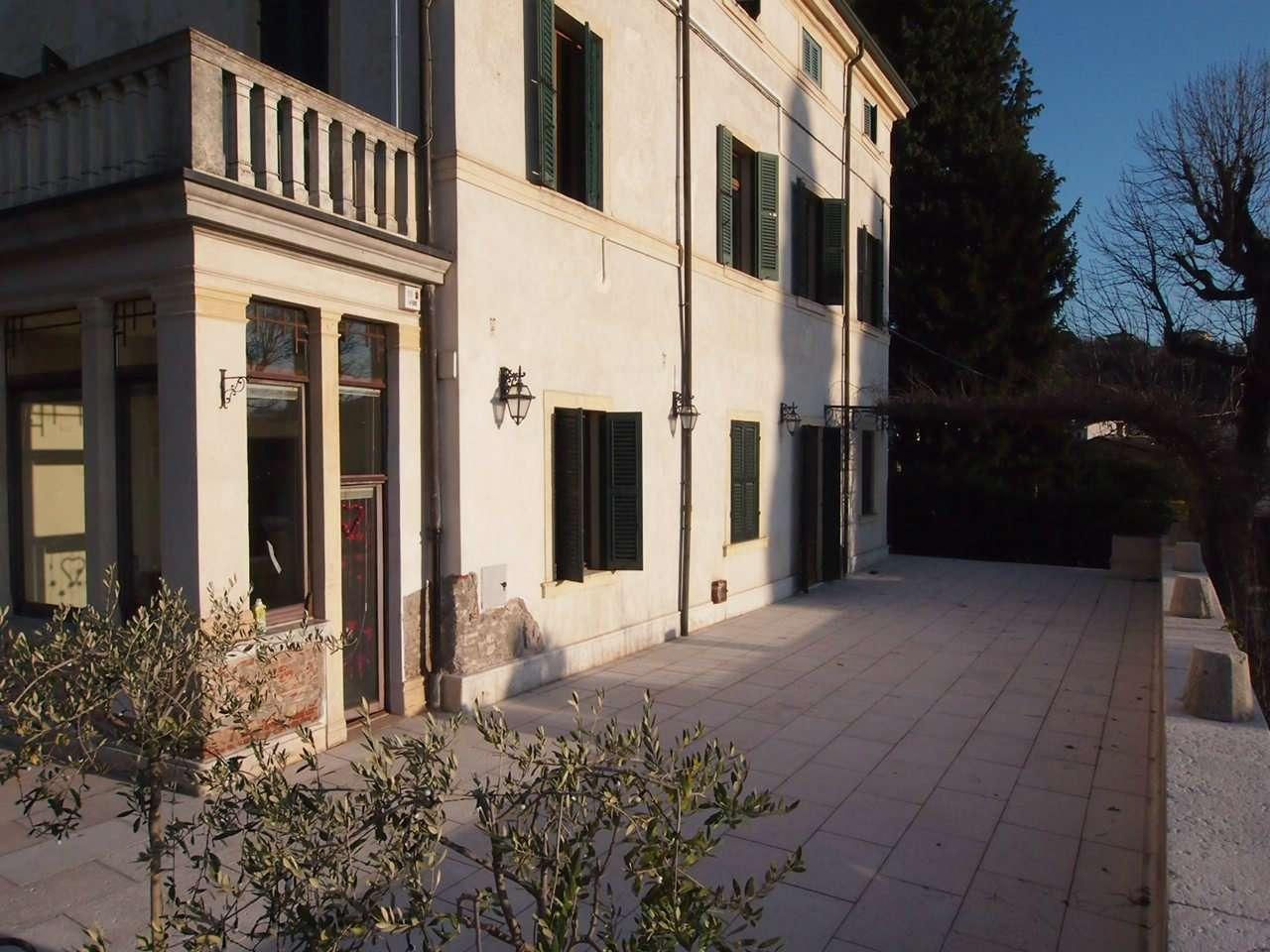 Appartamento in affitto a Verona, 8 locali, zona Zona: 6 . Borgo Trieste - Borgo Venezia, prezzo € 2.500 | CambioCasa.it