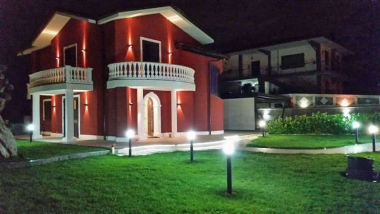Villa in vendita a Pedara, 9999 locali, Trattative riservate | CambioCasa.it