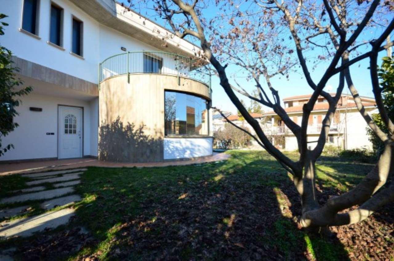 Villa in vendita a Centallo, 6 locali, prezzo € 250.000 | CambioCasa.it