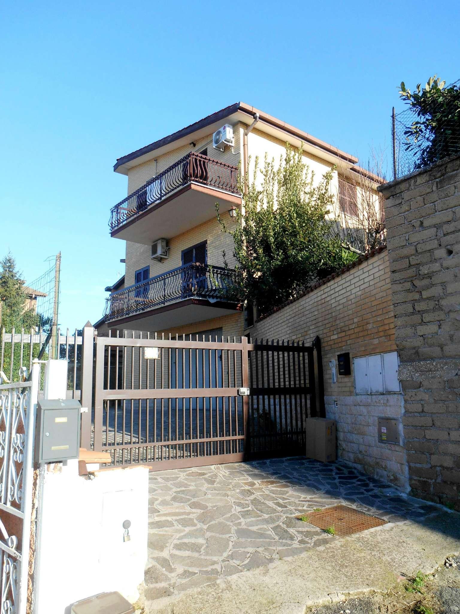 Appartamento in vendita 6 vani 130 mq.  via Belgirate Roma