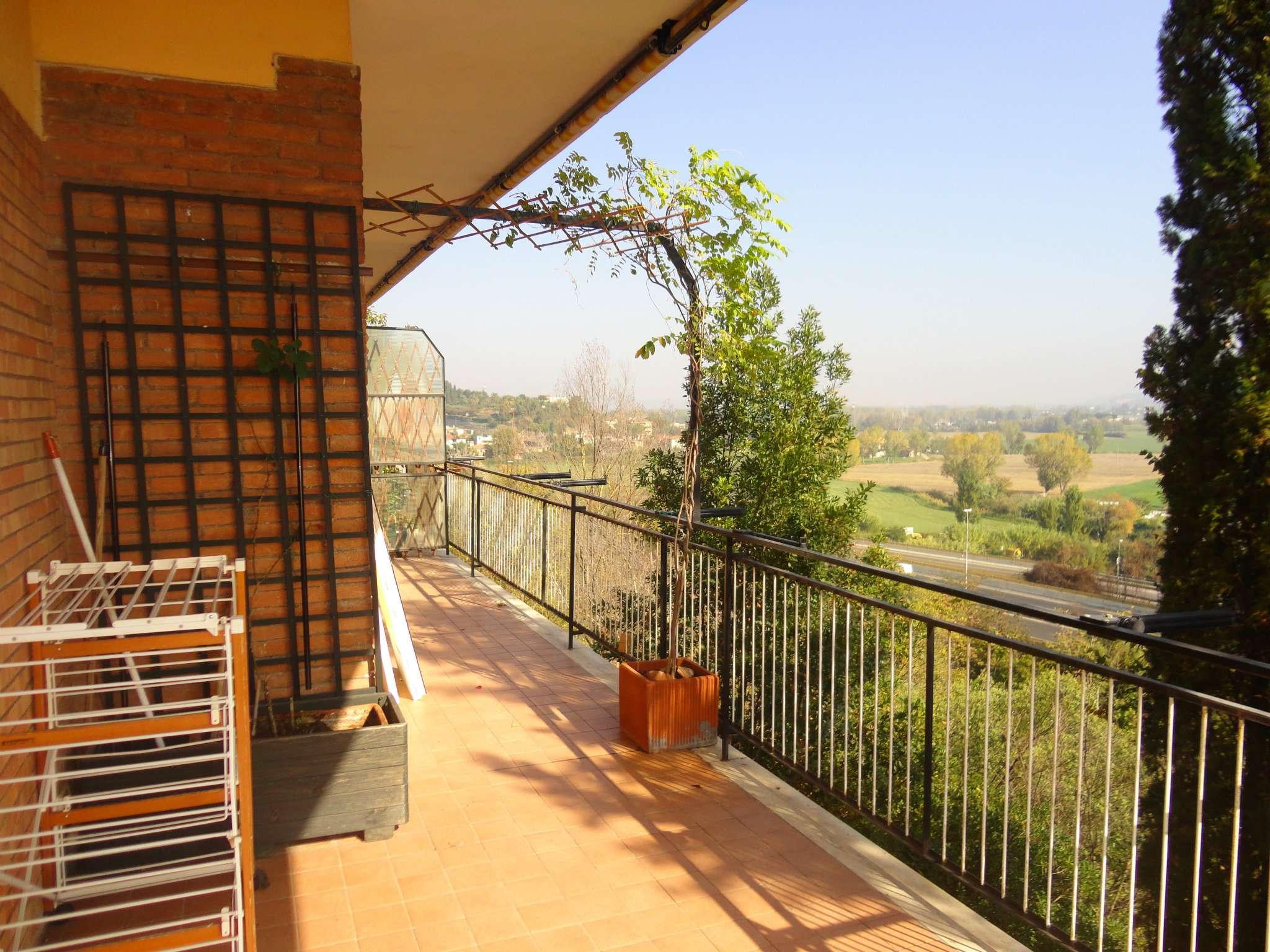 Appartamento in vendita 3 vani 105 mq.  via montefiorino Roma