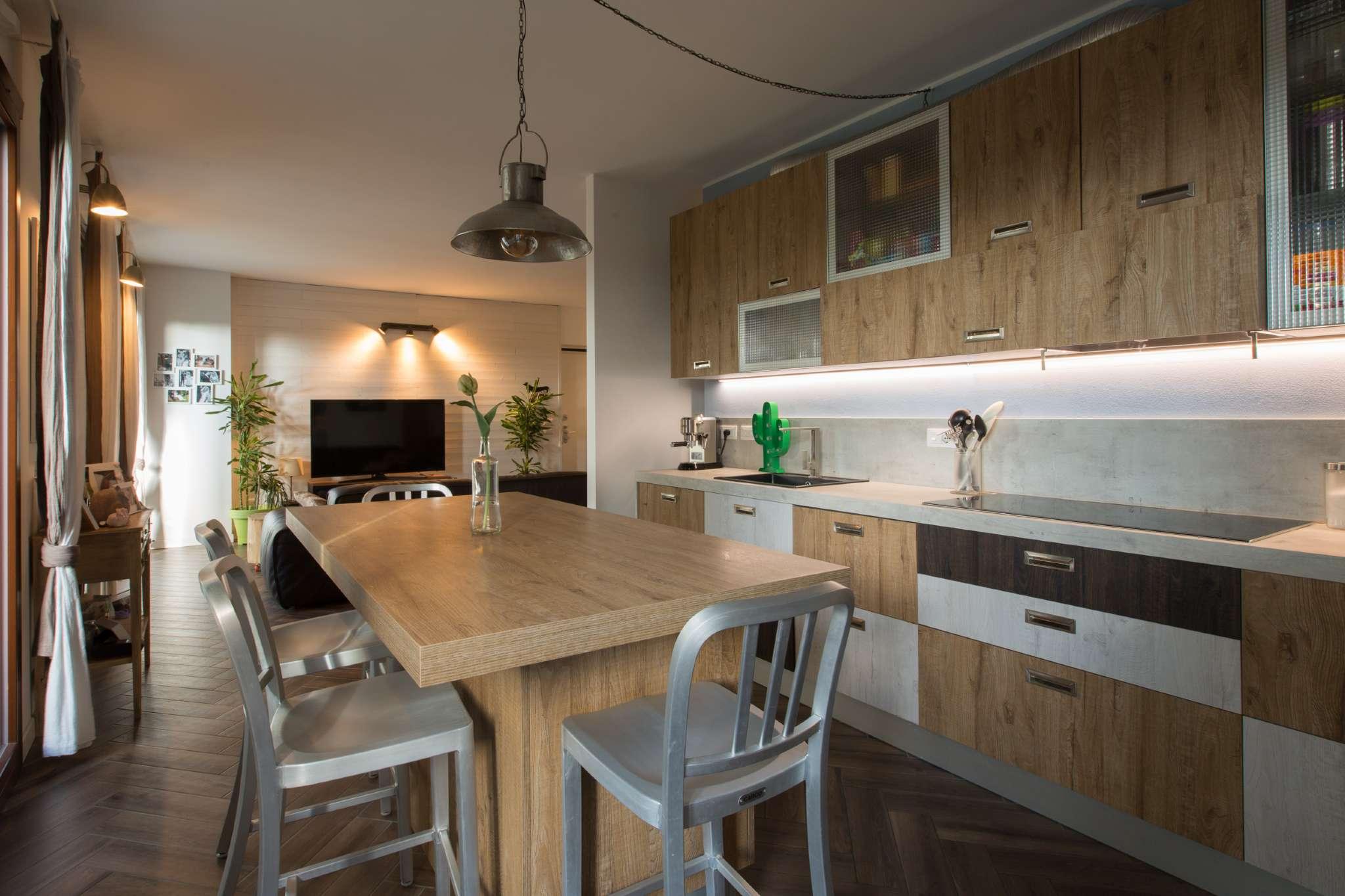 Appartamento in vendita 4 vani 135 mq.  via Caldera Milano