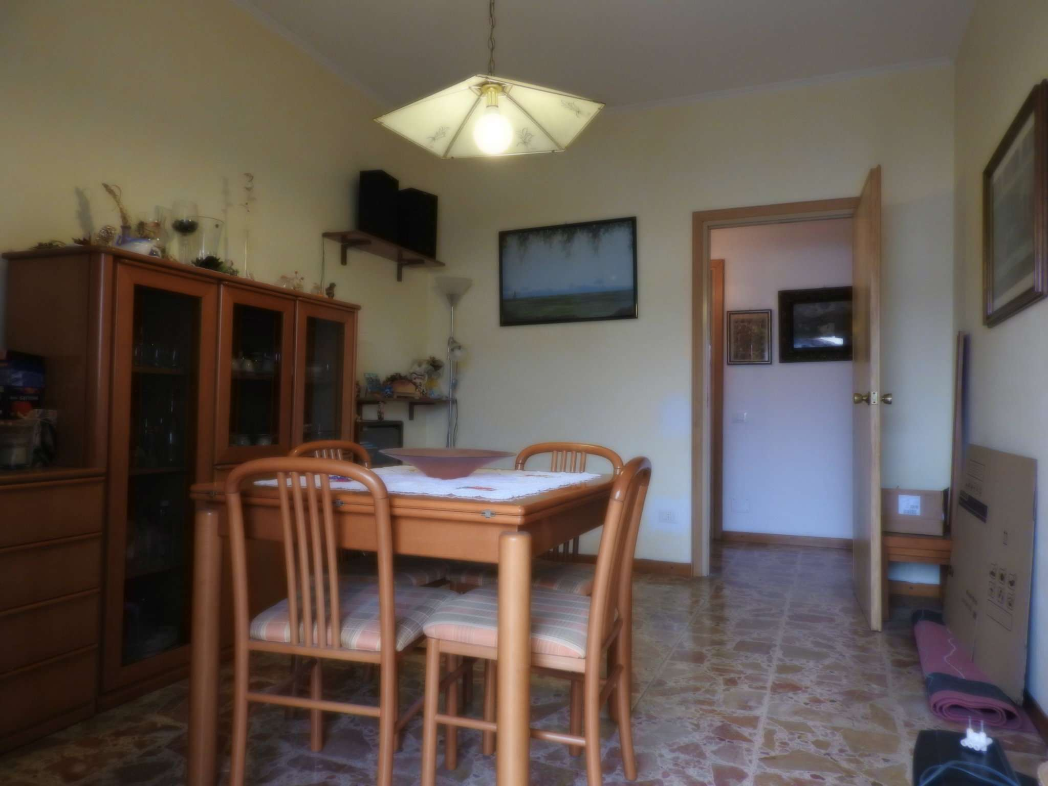 LOMAGNA: in vendita appartamento di tre locali, servizi, box