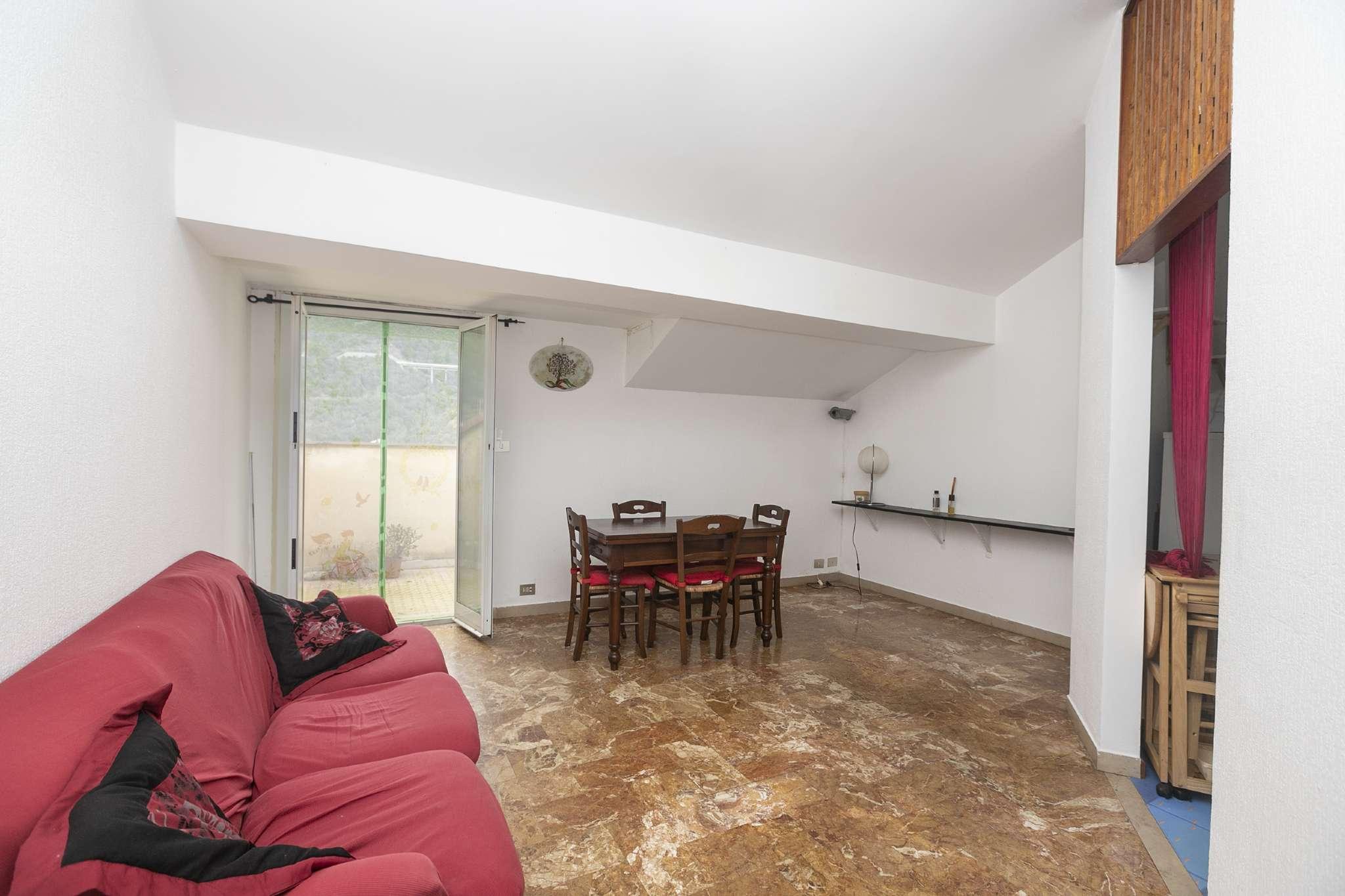 Appartamento in buone condizioni arredato in affitto Rif. 8188216