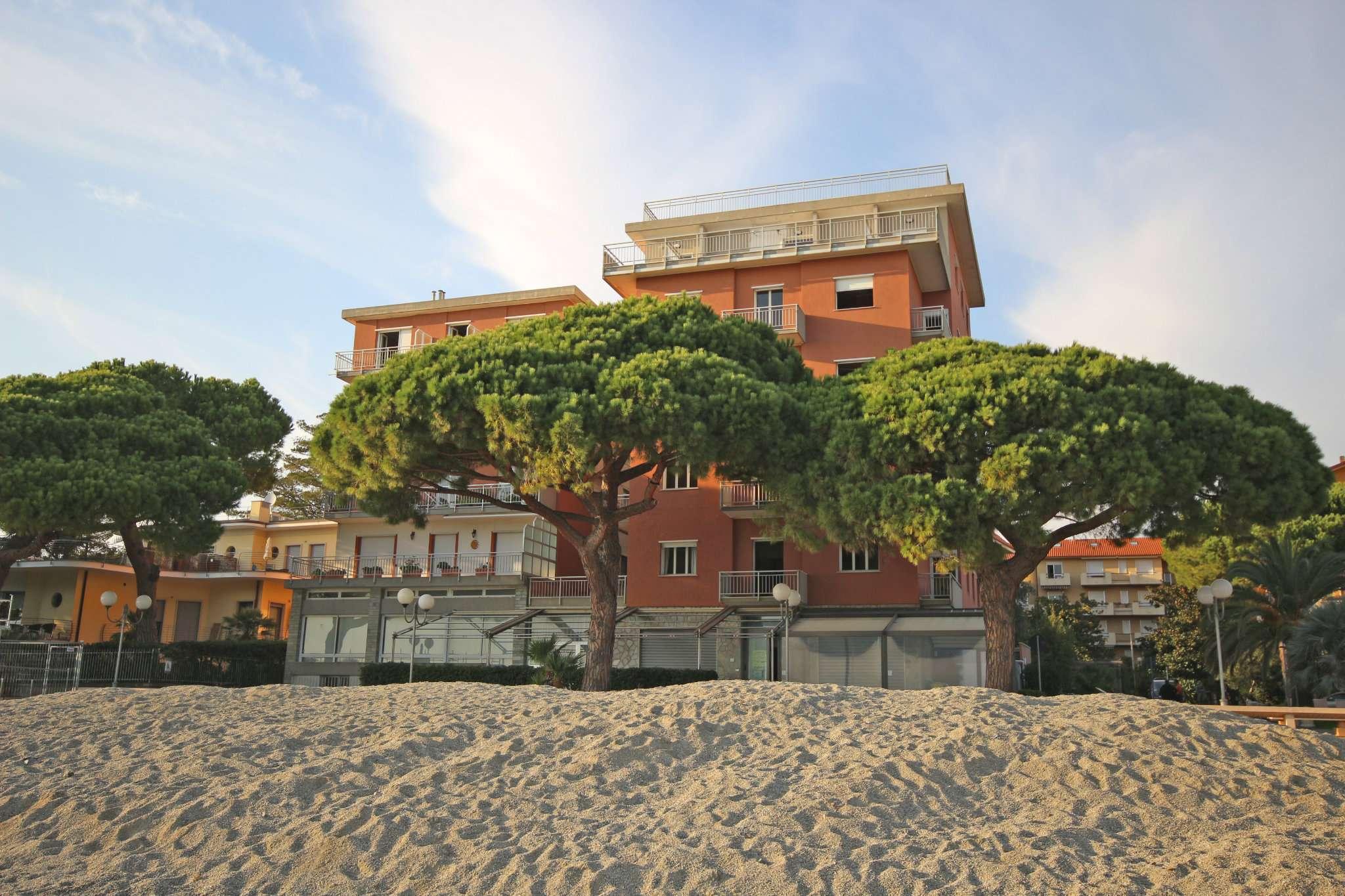 Edificio uso hotel sul lungo Mare di San Bartolomeo al Mare