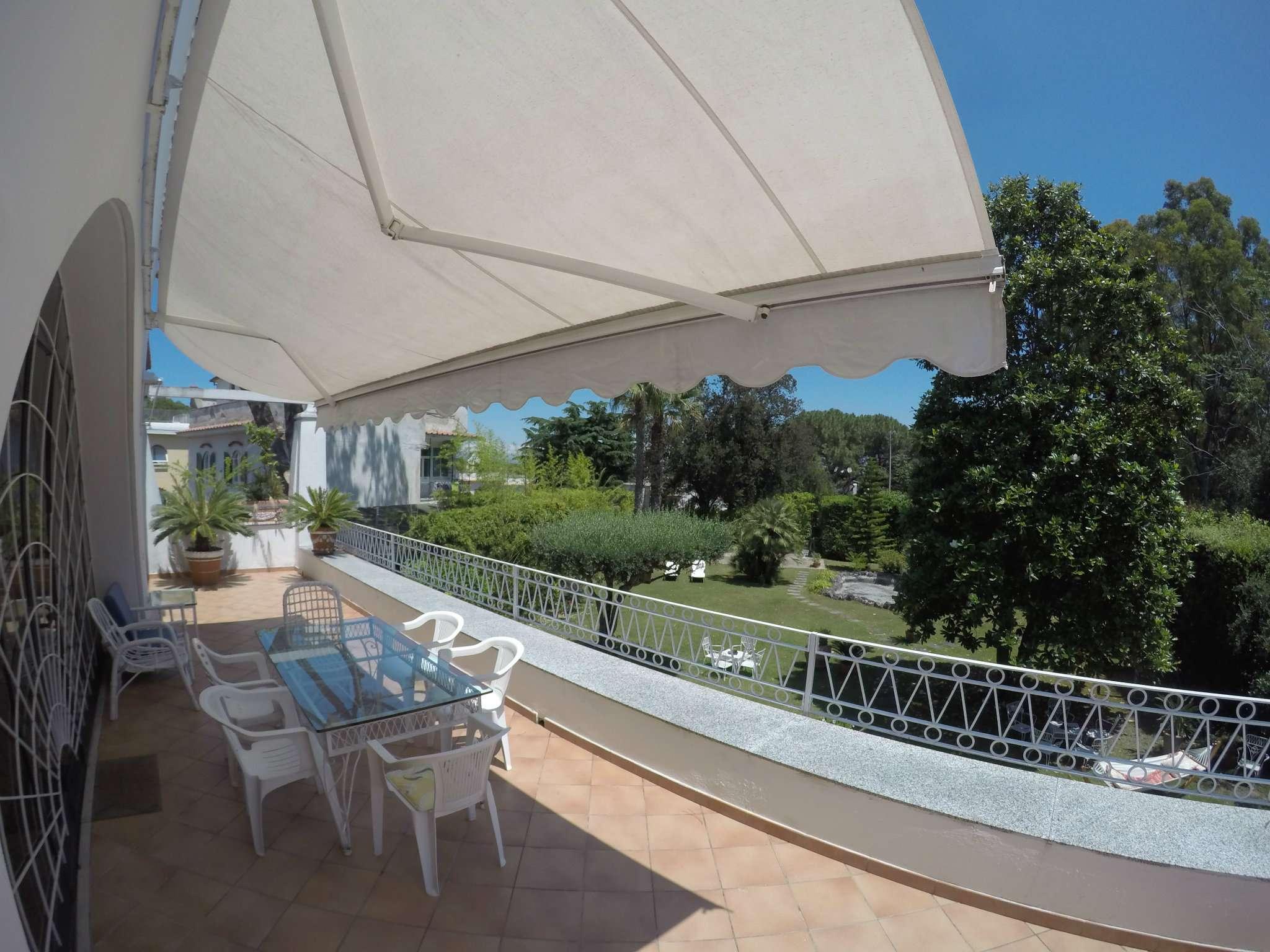 Villa in affitto a Ischia, 7 locali, prezzo € 7.000 | CambioCasa.it