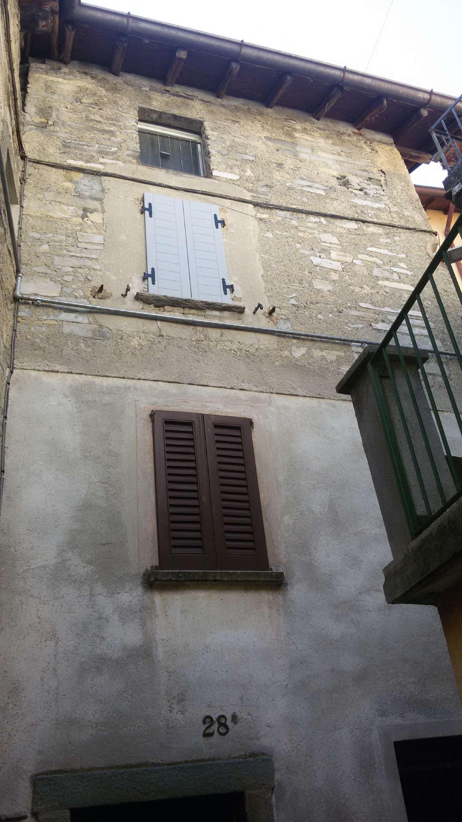 Appartamento in vendita a Moltrasio, 4 locali, prezzo € 75.000 | CambioCasa.it