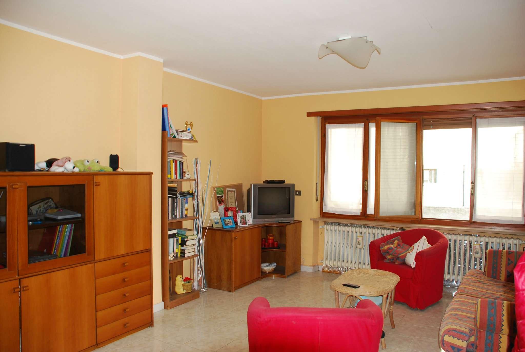 Appartamento in buone condizioni parzialmente arredato in affitto Rif. 5545103