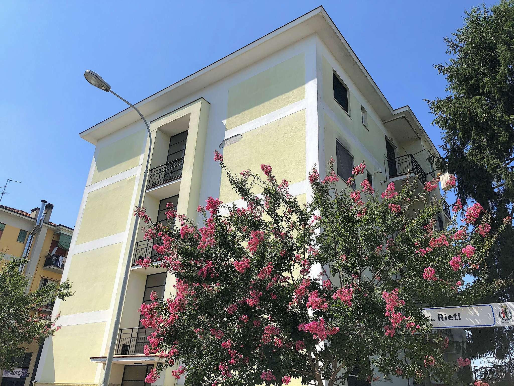 Appartamento in discrete condizioni arredato in affitto Rif. 6616585