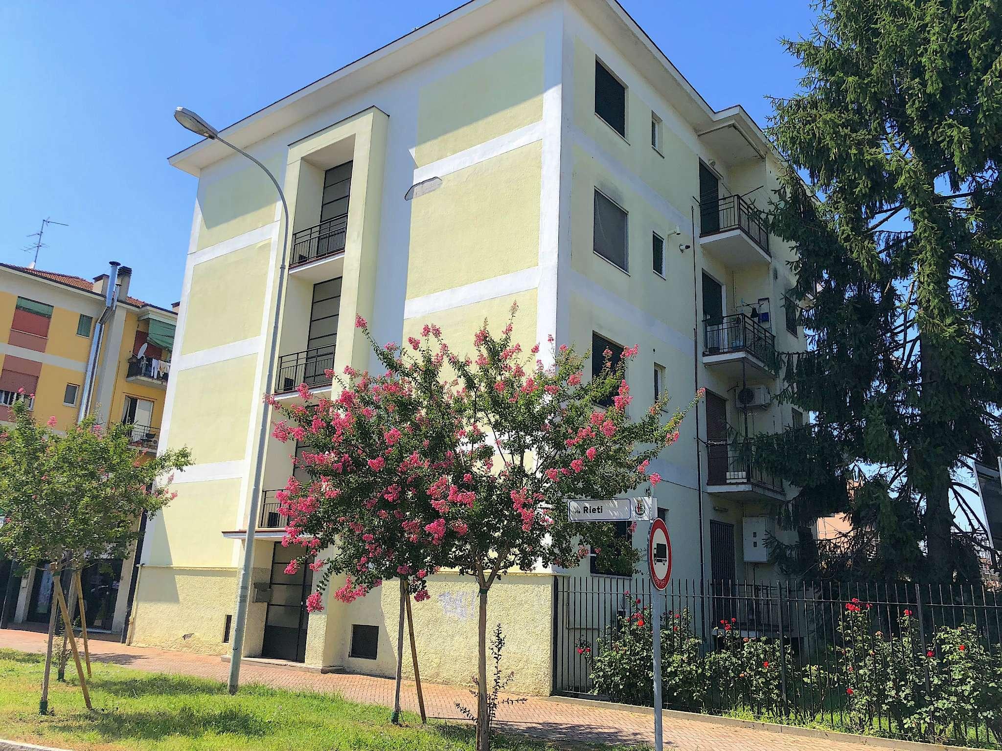 Appartamento in discrete condizioni in affitto Rif. 4939248