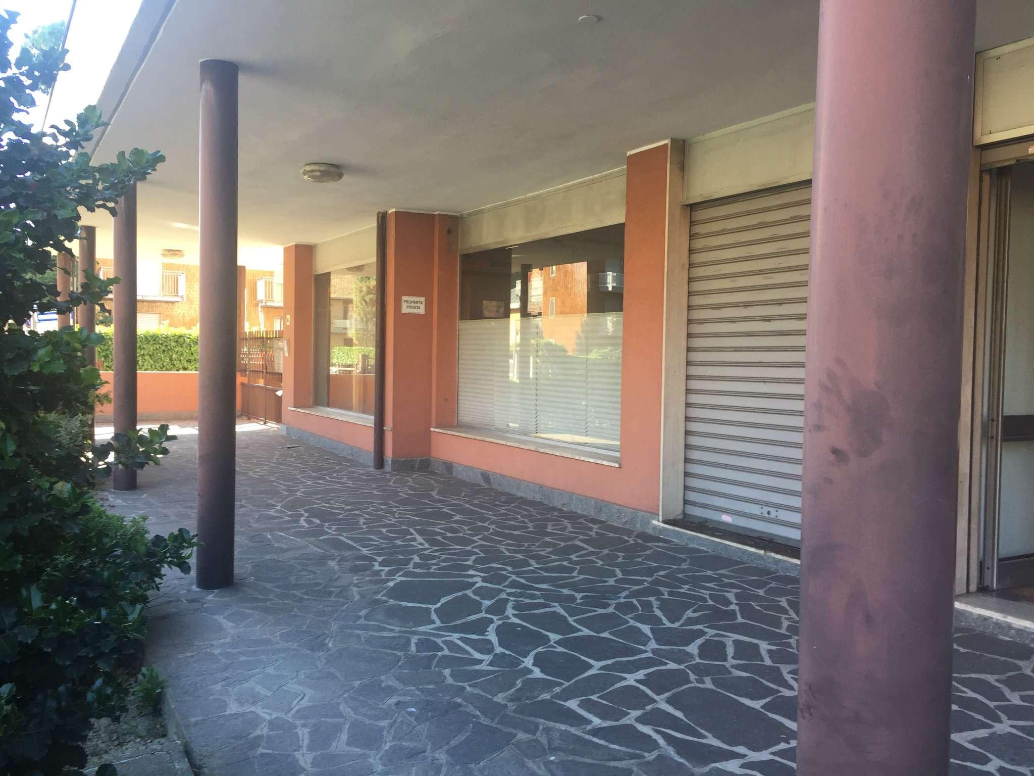 Negozio / Locale in Vendita a Cesano Boscone