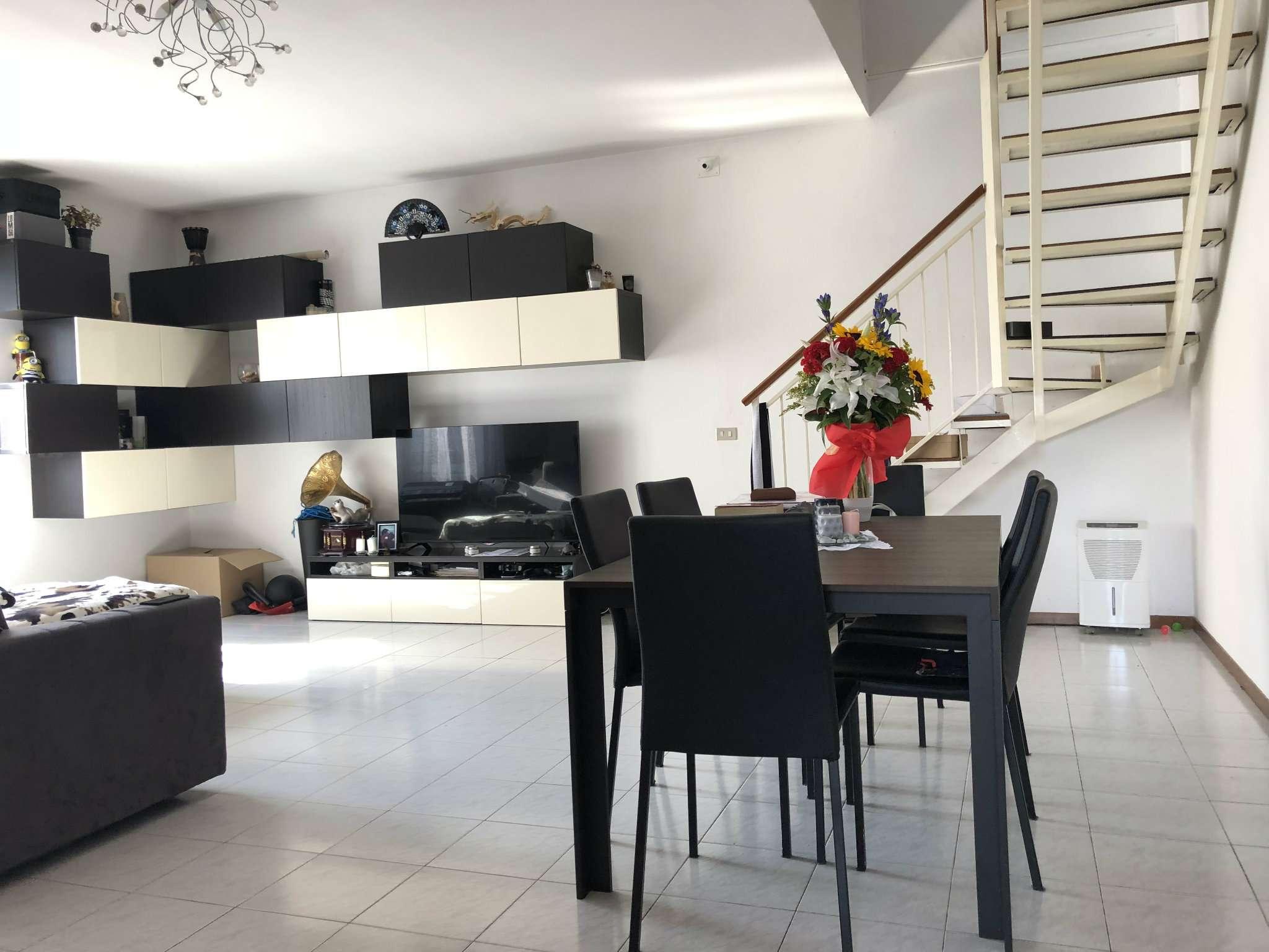 Villa Bifamiliare in affitto a Solbiate, 4 locali, prezzo € 750 | CambioCasa.it