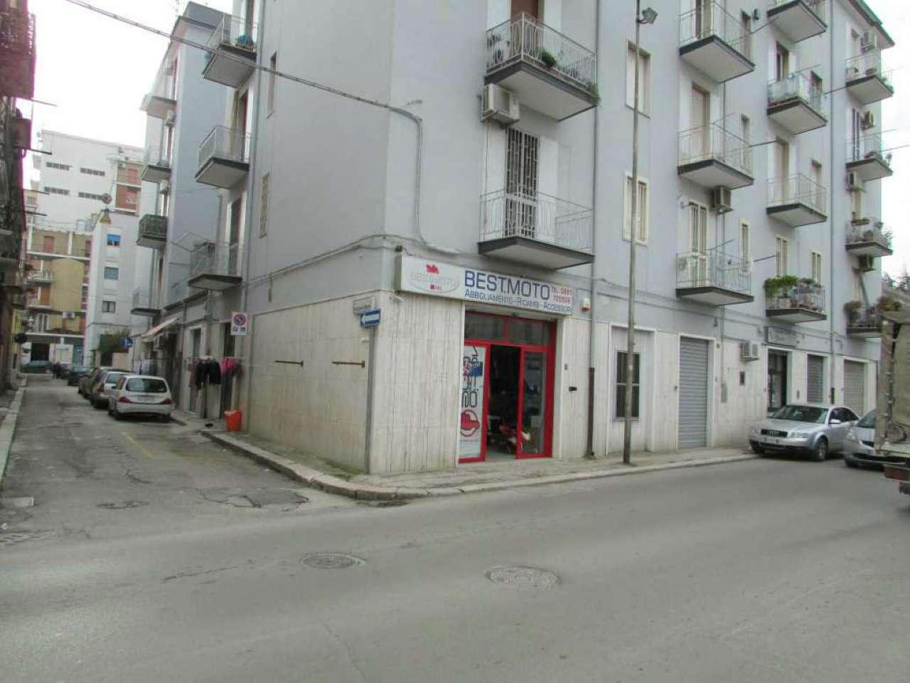 Via Fuiani: Locale fronte strada libero