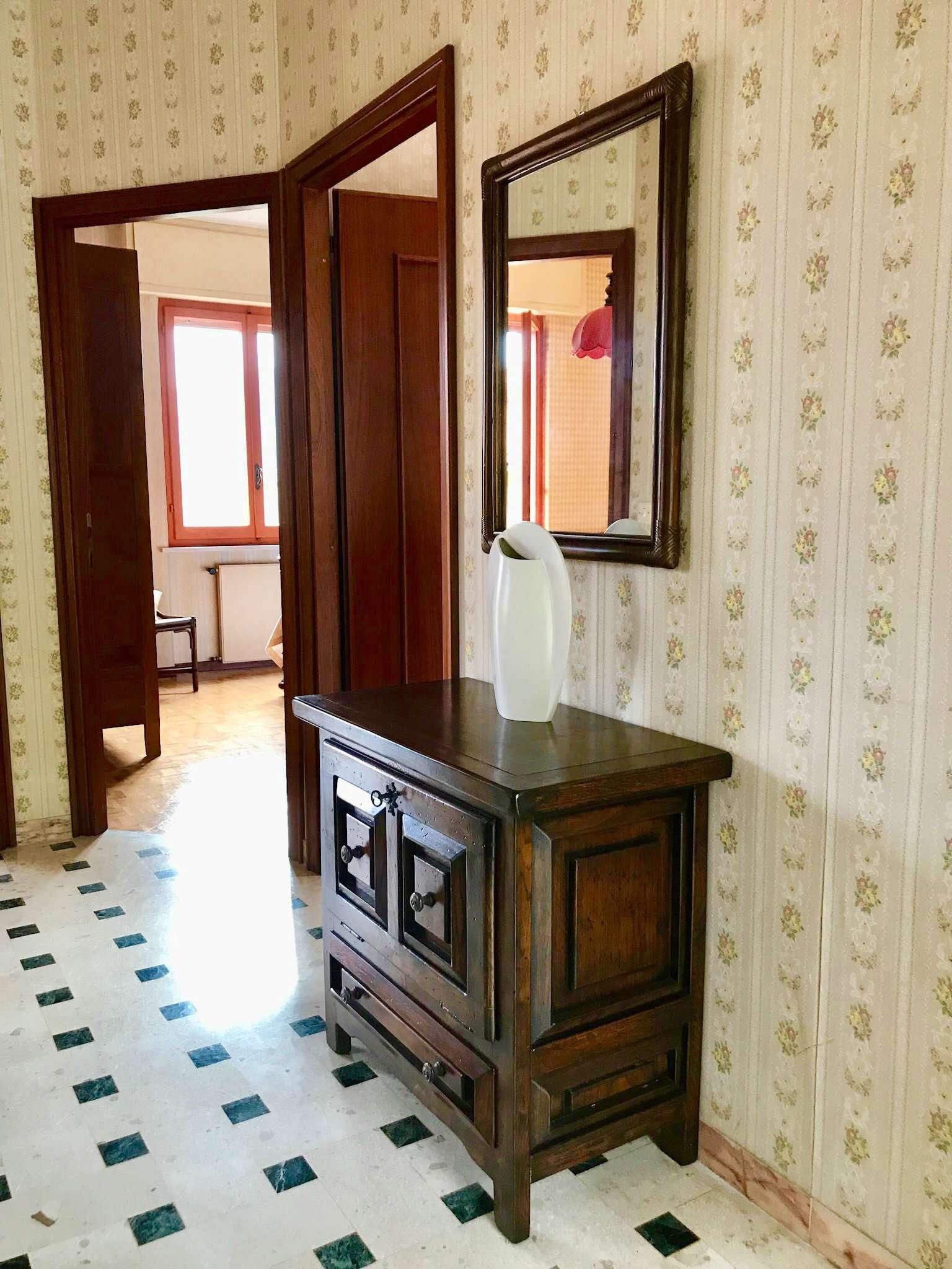 Appartamento in discrete condizioni parzialmente arredato in vendita Rif. 7283035