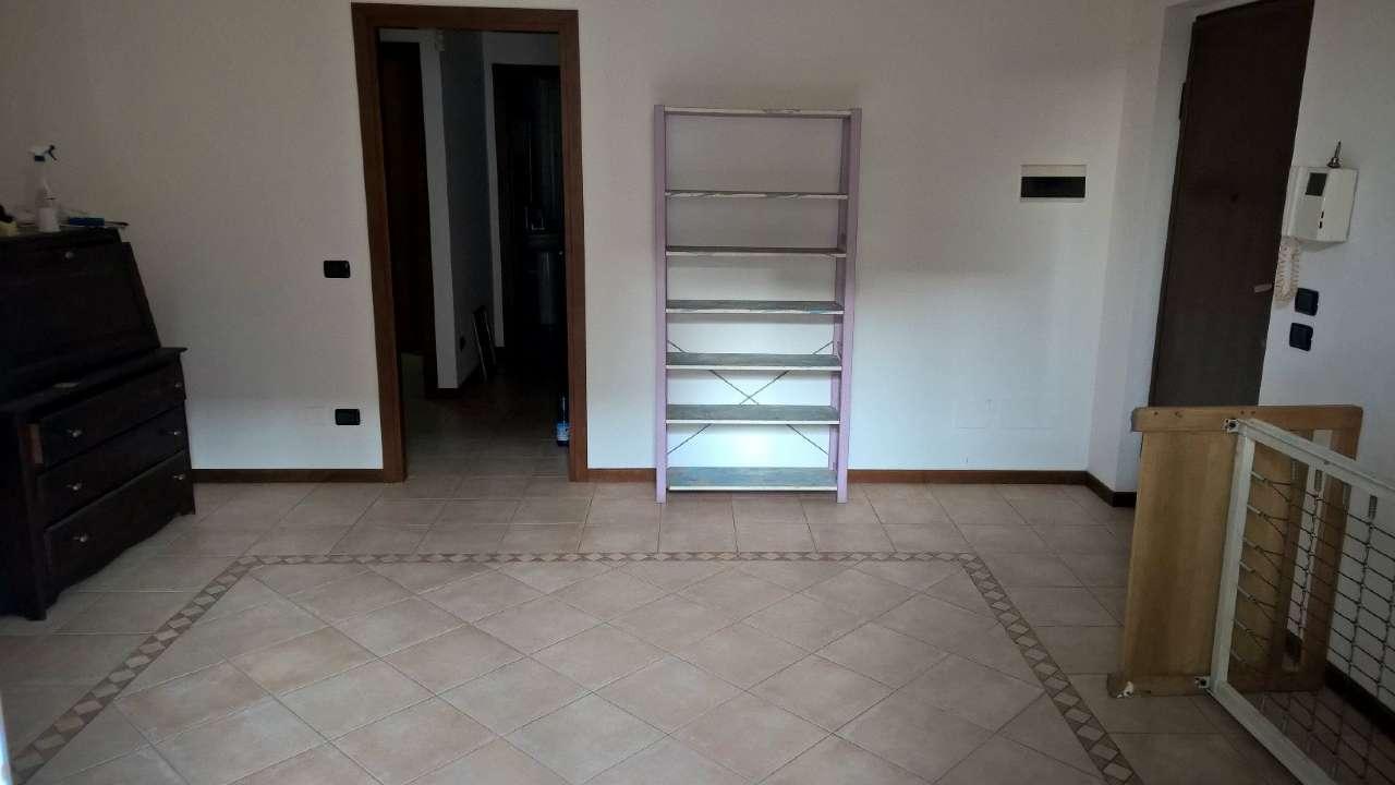 Appartamento ristrutturato parzialmente arredato in affitto Rif. 8704214