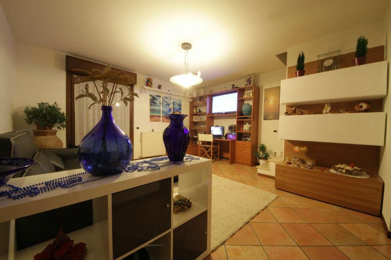 Appartamento in buone condizioni parzialmente arredato in vendita Rif. 5584552