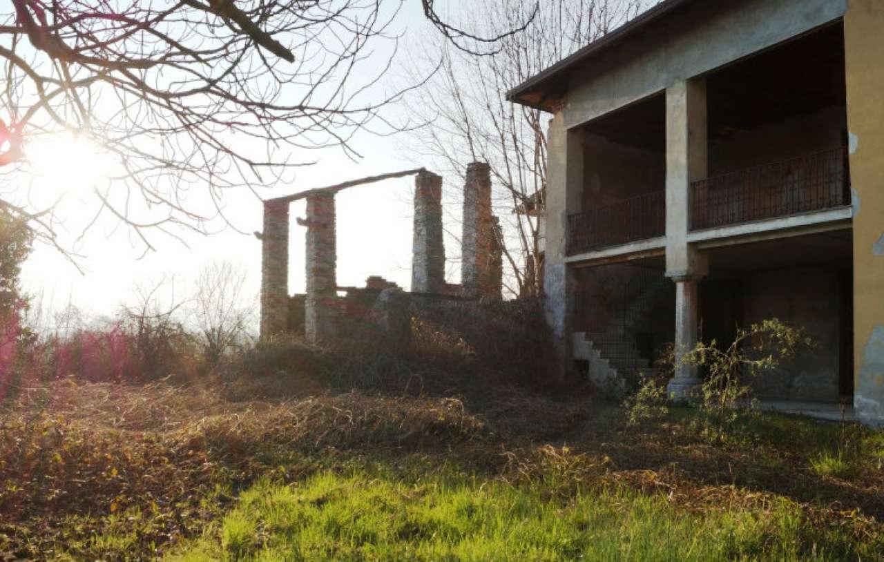 Villa in vendita a Malgesso, 10 locali, prezzo € 132.000 | CambioCasa.it
