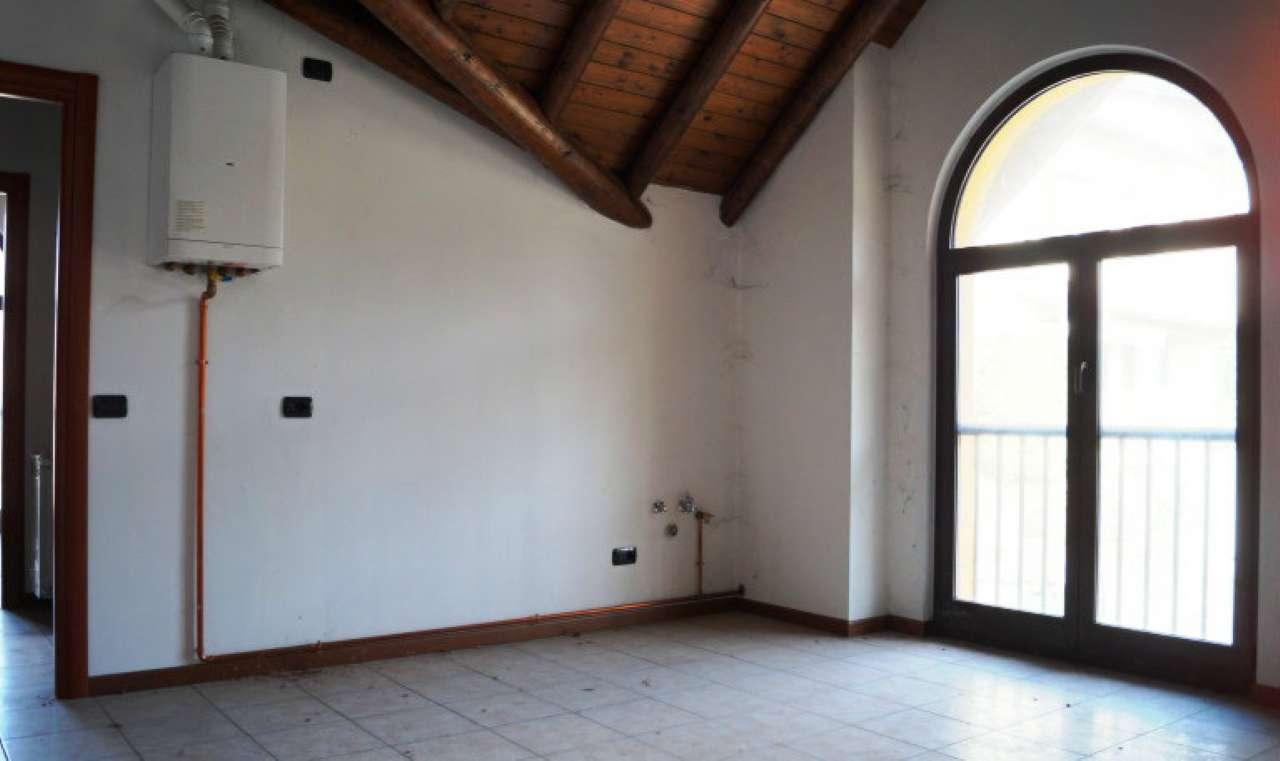 Appartamento in affitto a Caravate, 2 locali, prezzo € 450 | CambioCasa.it
