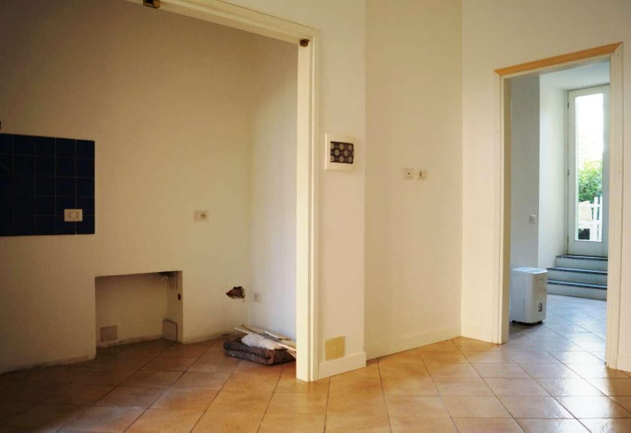 Appartamento in affitto a Taino, 2 locali, prezzo € 350   CambioCasa.it