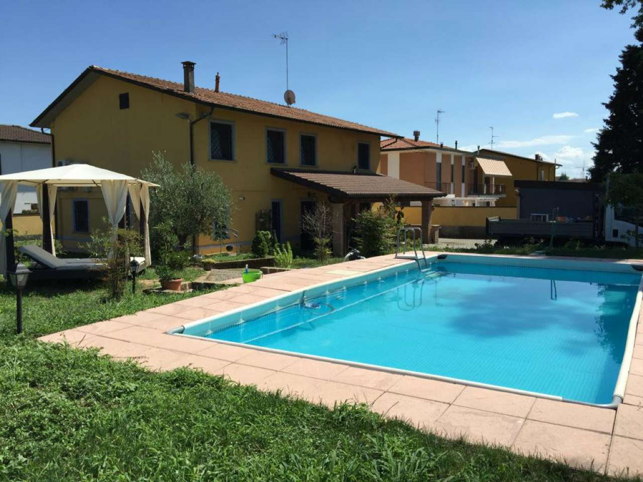 Villa singola con piscina e box per cavalli