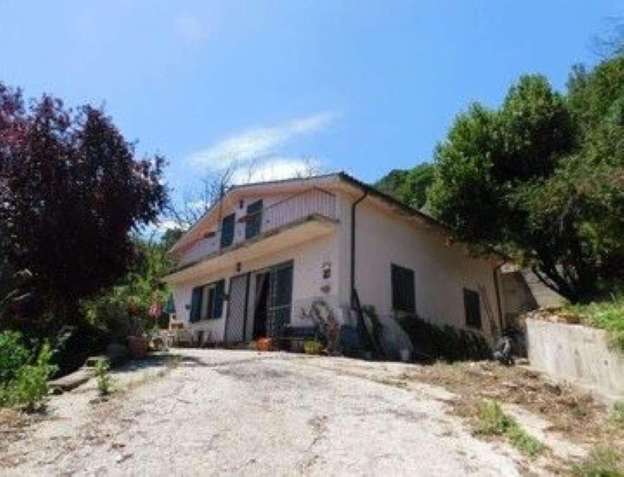 Villa in vendita a Castelnuovo di Porto, 5 locali, prezzo € 130.000 | CambioCasa.it