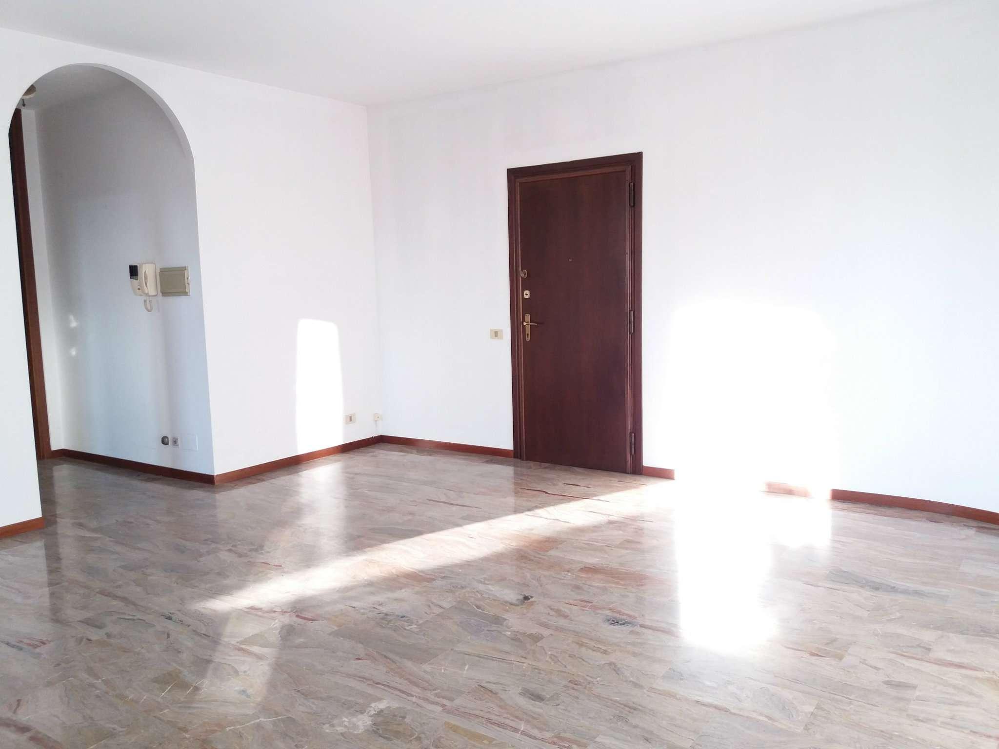 Appartamento in buone condizioni in affitto Rif. 6107001