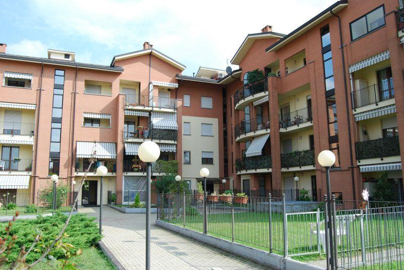 BEINASCO, Appartamento soggiorno con angolo cottura, due camere, bagno. Sottotetto. Box doppio