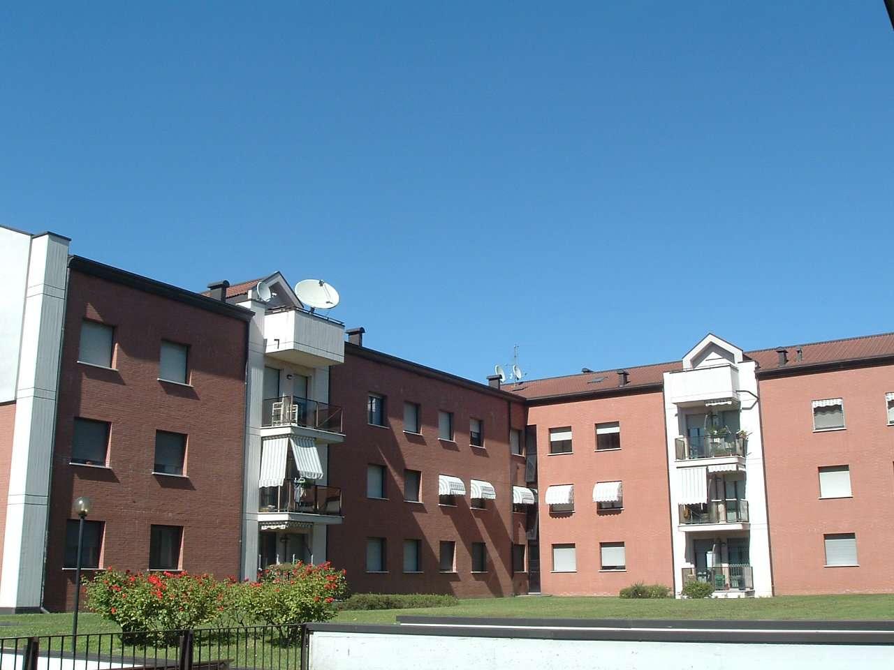Appartamento in buone condizioni parzialmente arredato in affitto Rif. 8592560
