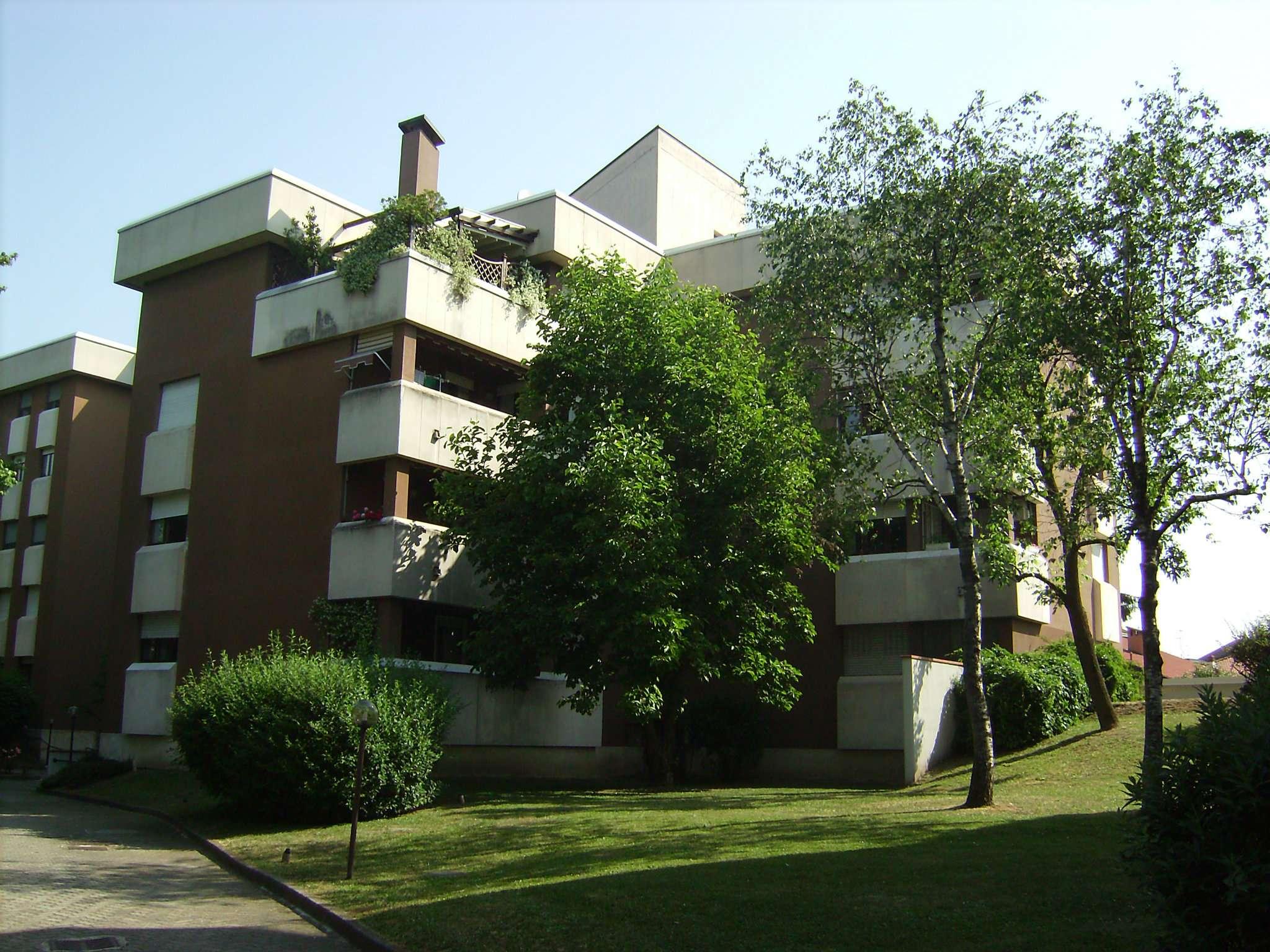 Appartamento in buone condizioni arredato in affitto Rif. 8592563