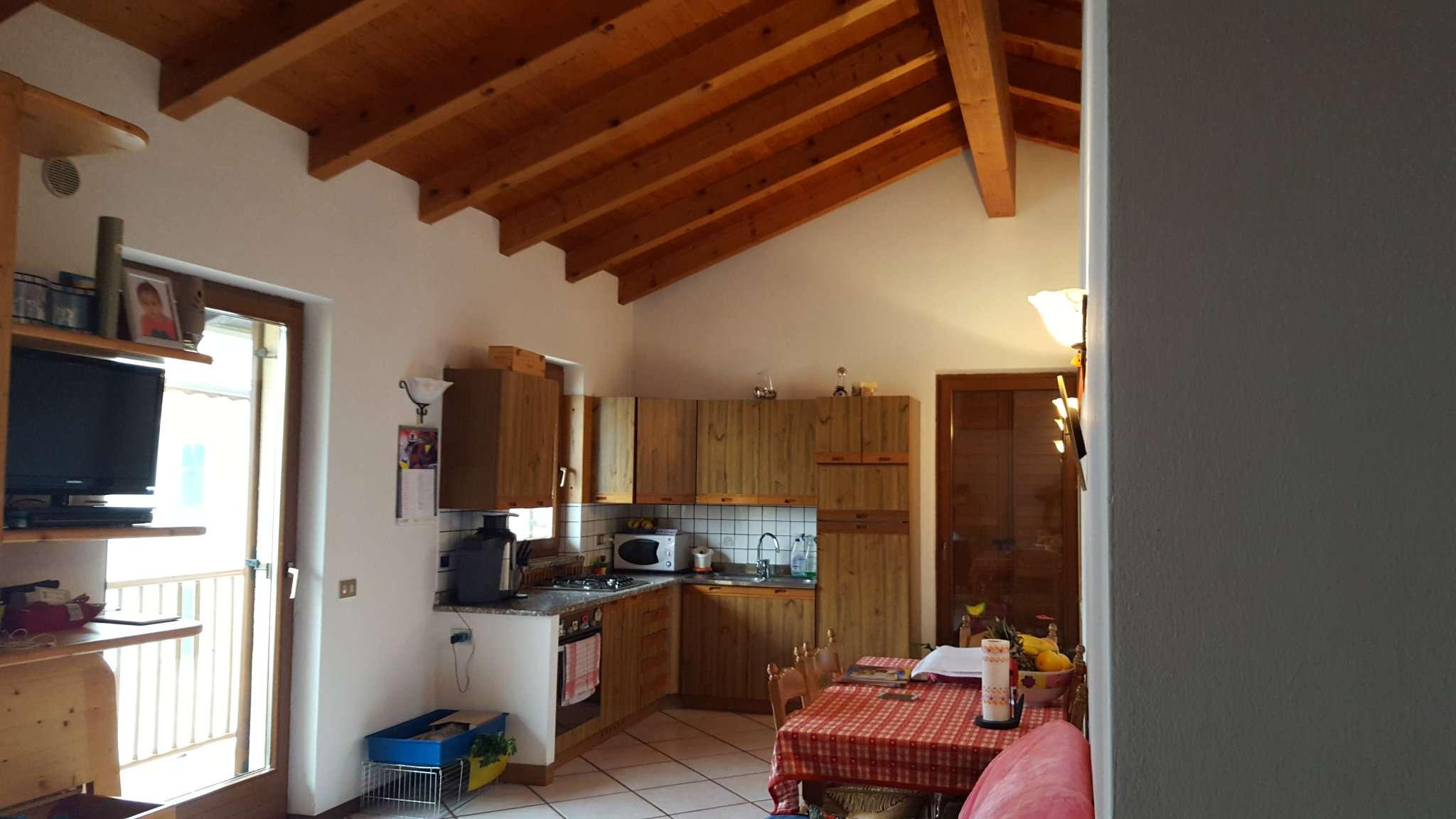 Appartamento in buone condizioni parzialmente arredato in vendita Rif. 5005979