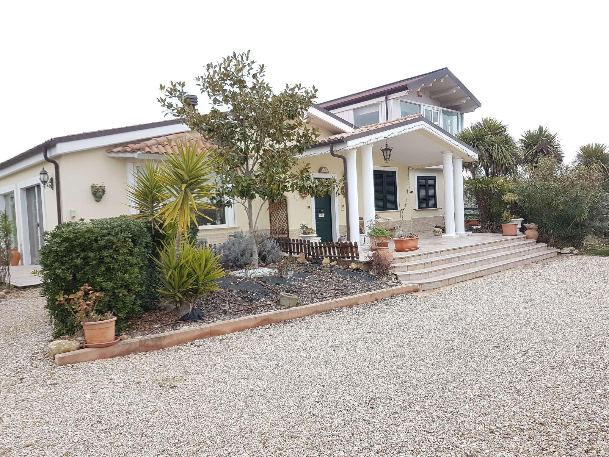 Villa in affitto a Città Sant'Angelo, 6 locali, prezzo € 1.800   CambioCasa.it