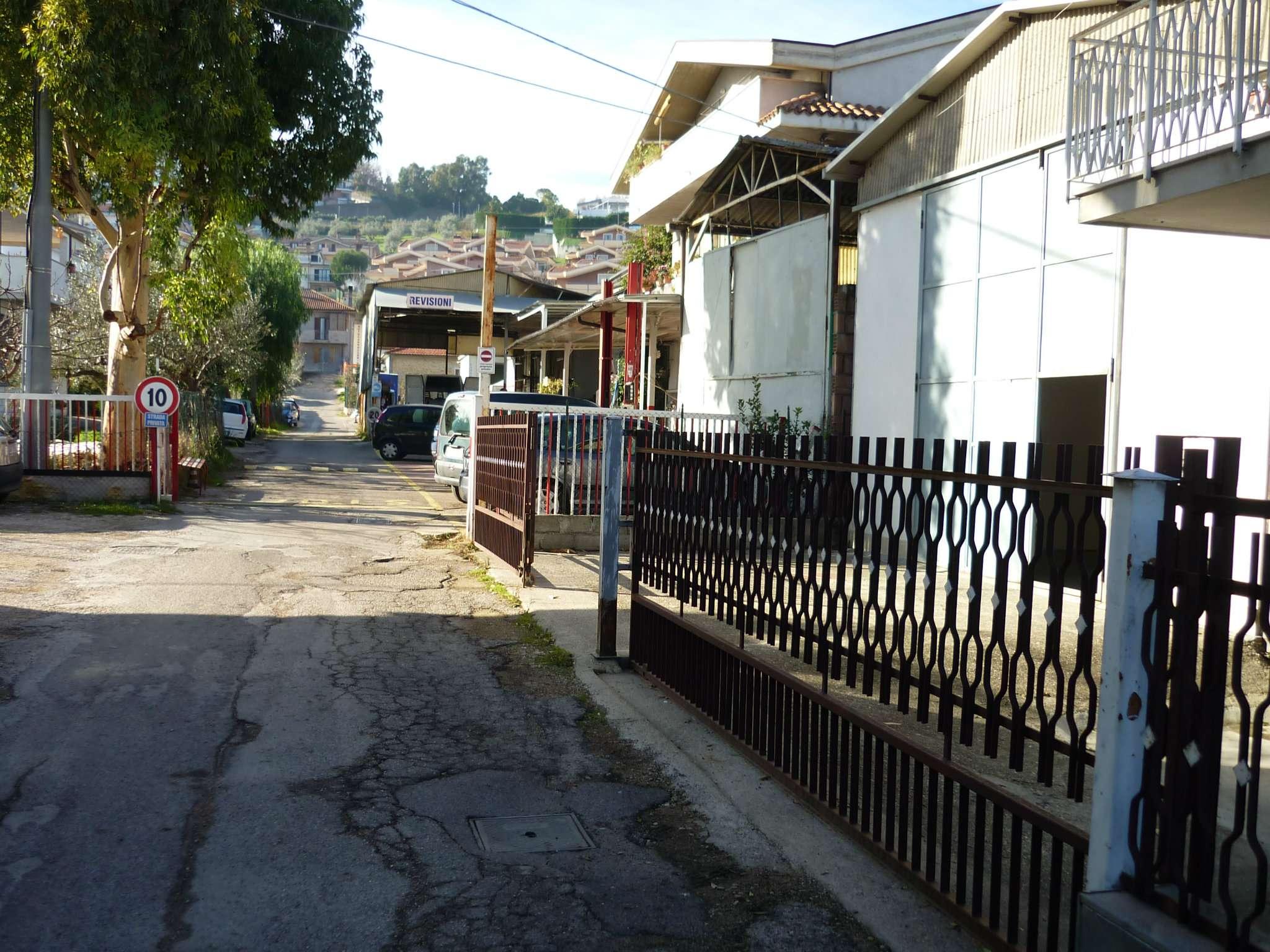 Montesilvano zona Centro Commerciale Oasi, affittasi capannone artigianale sito in Via La  Marmora.