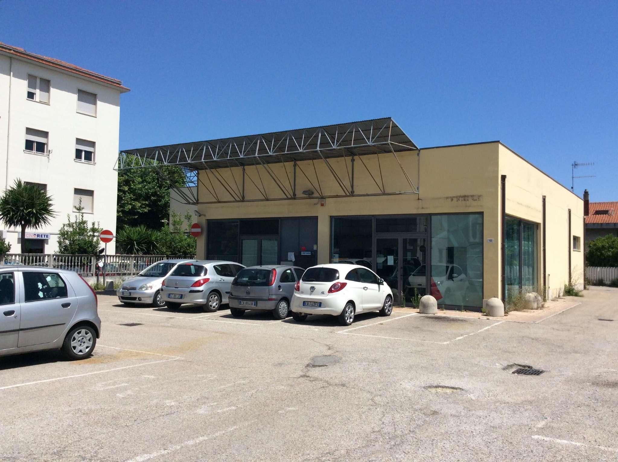 locale commerciale centro di Montesilvano , mq 300 circa . ex filiale banca