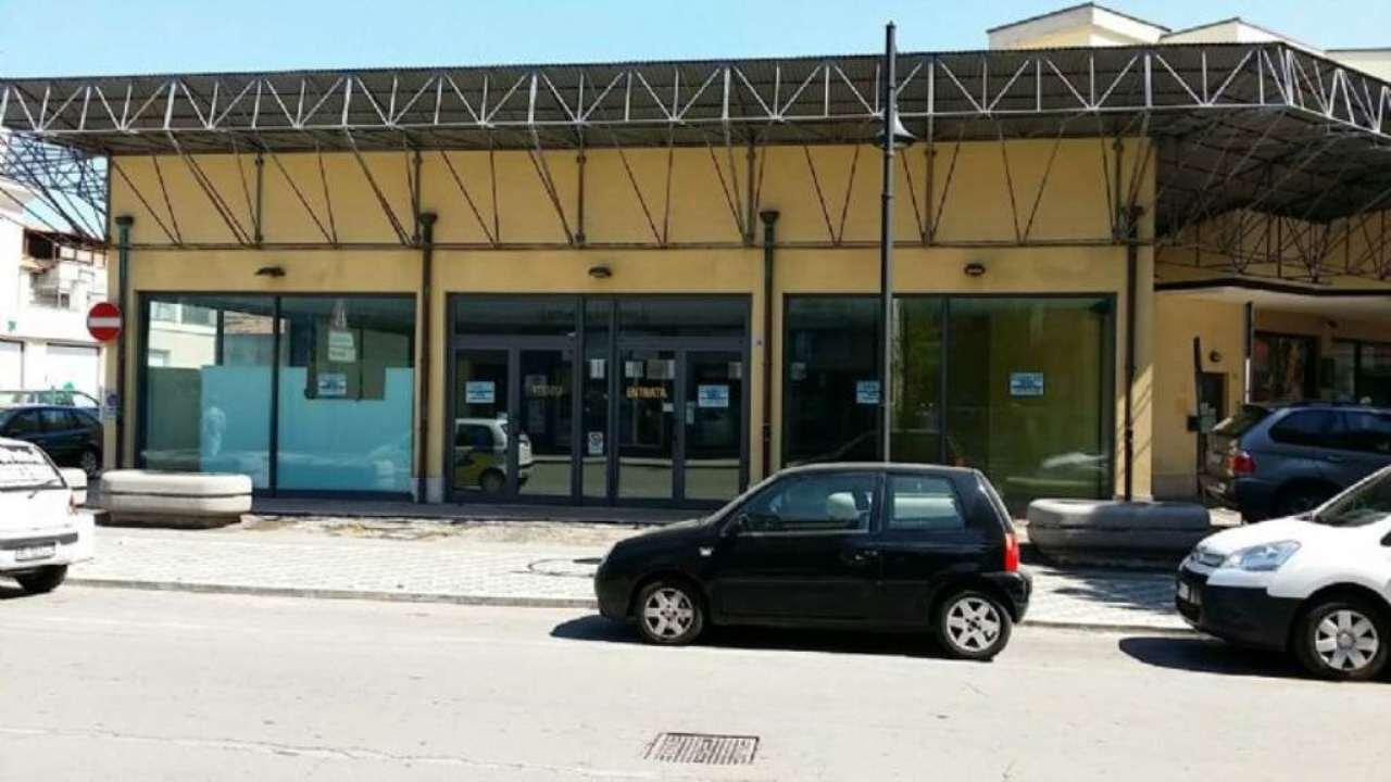 Negozio in affitto a Montesilvano, su strada di forte passaggio pedonale e veicolare. Mq. 320 circa.
