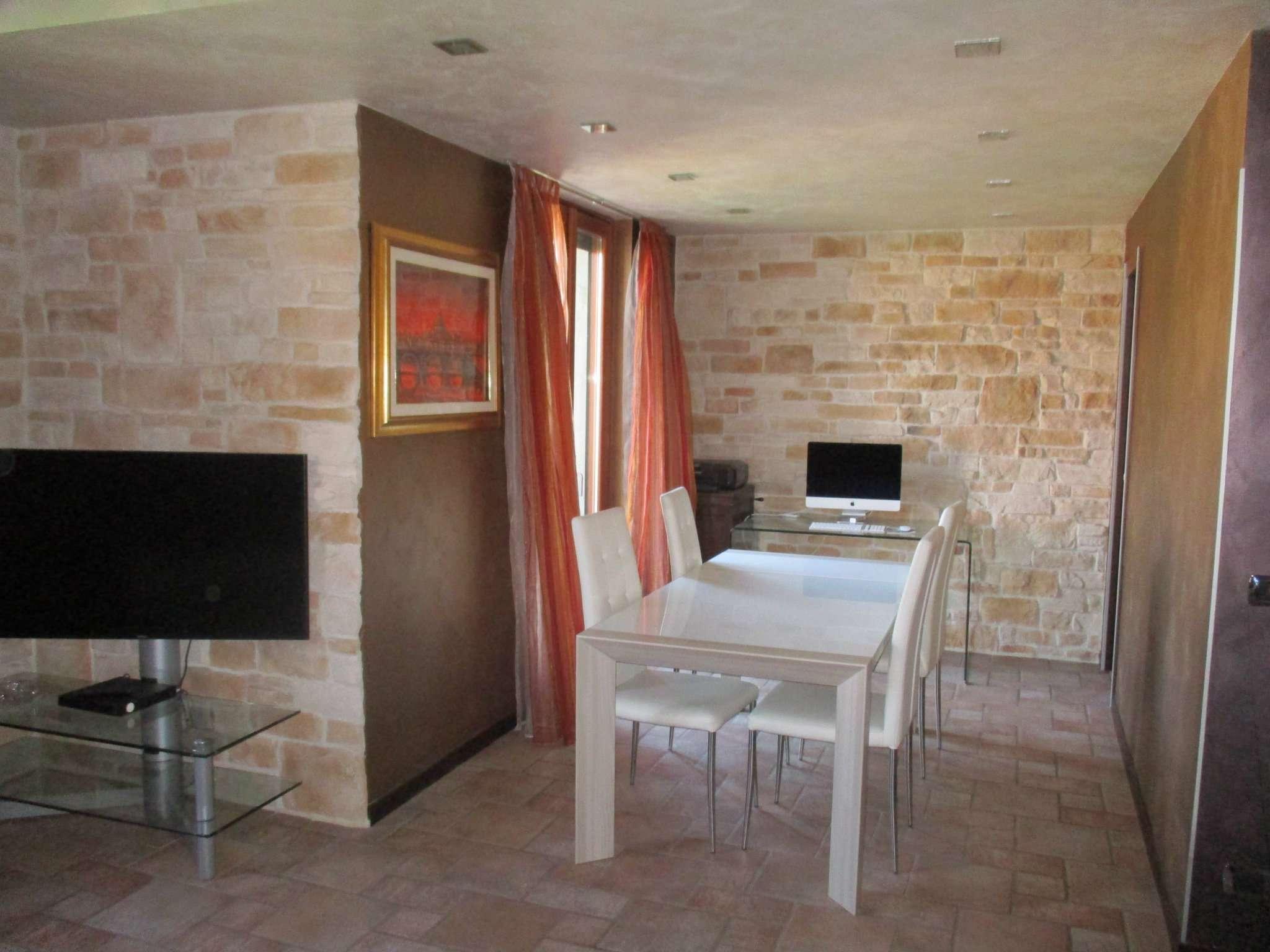 Appartamento in buone condizioni in vendita Rif. 8111994