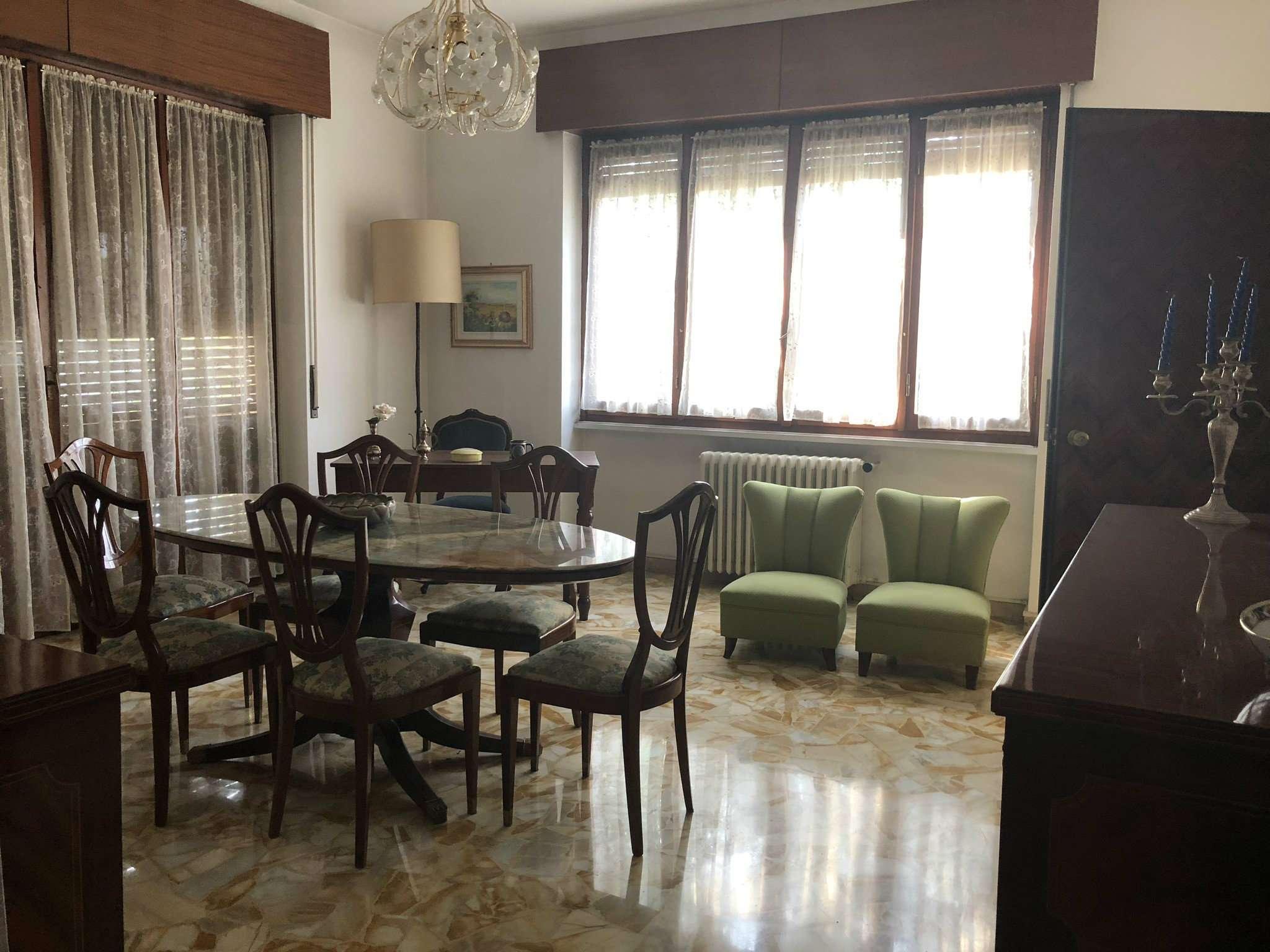 Appartamento in discrete condizioni in vendita Rif. 9290039