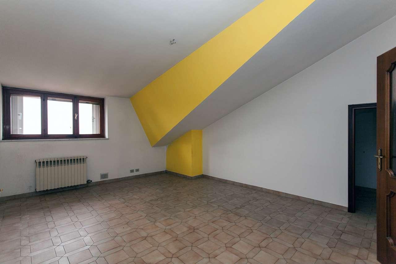 appartamento semimansardato al terzo ed ultimo piano di mq. 100 con giardino condominiale