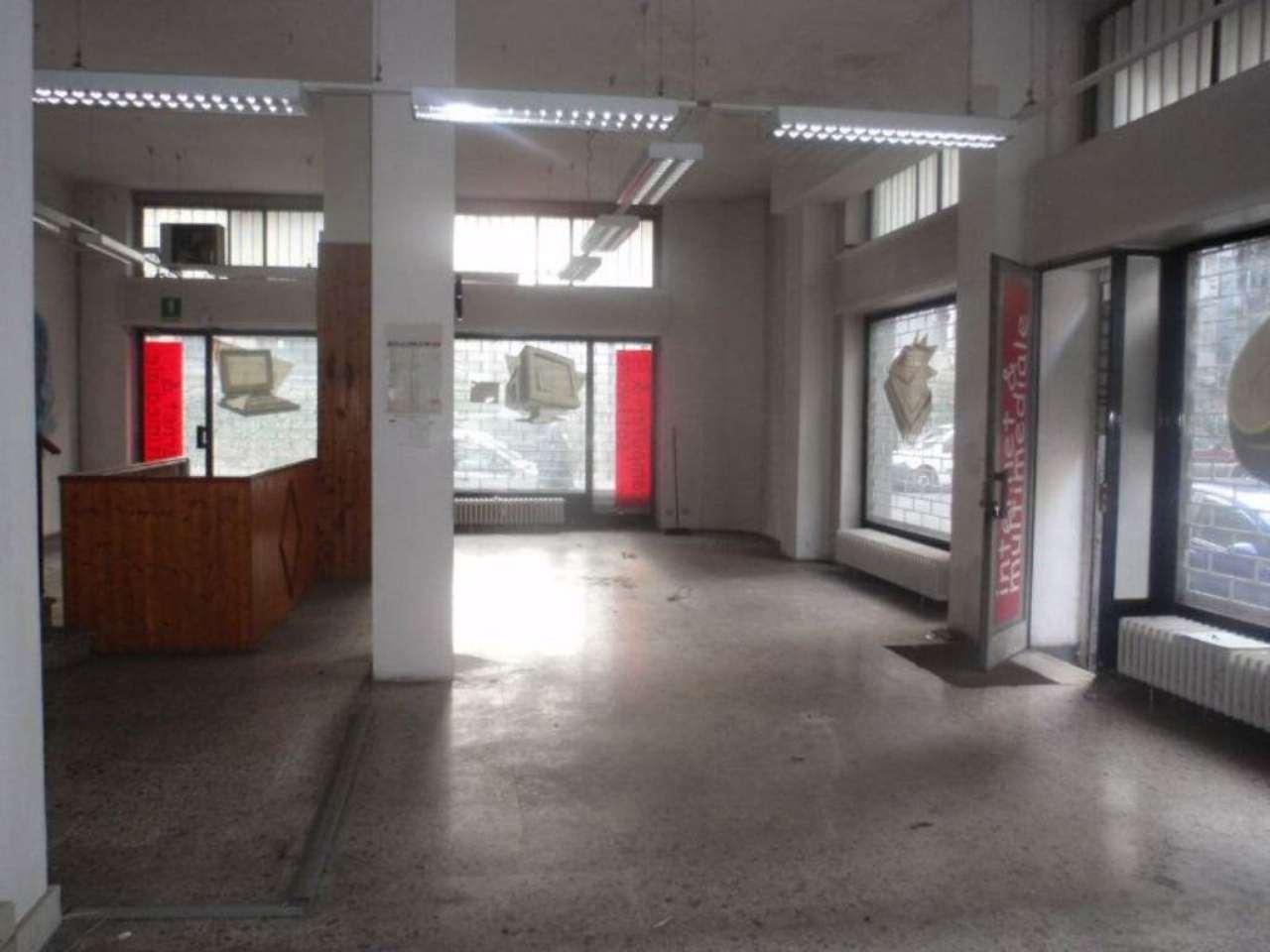 Immagine immobiliare Zona San Donato vendita ampio negozio Nel popoloso quartiere San Donato, vendiamo grande negozio plurivetrinato su 2 livelli:mq 115 di negozio vero e proprio, open space + retro e bagno, al piano strada, con 5 vetrine (3 su via Bossi e...
