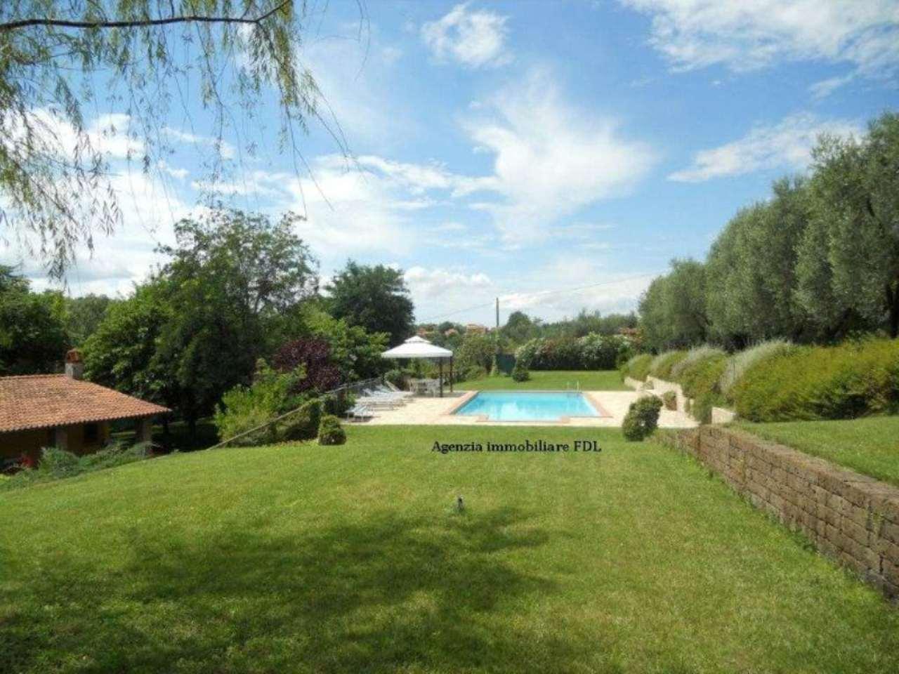 vendesi unifamiliare con piscina giardino e garargi ,costruita nuova pochi anni fà
