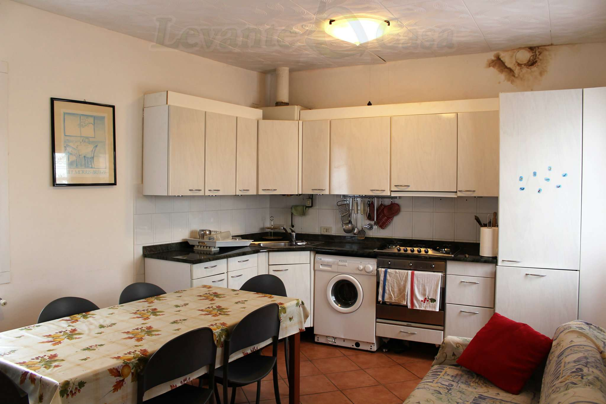 Appartamento in discrete condizioni parzialmente arredato in vendita Rif. 8271609