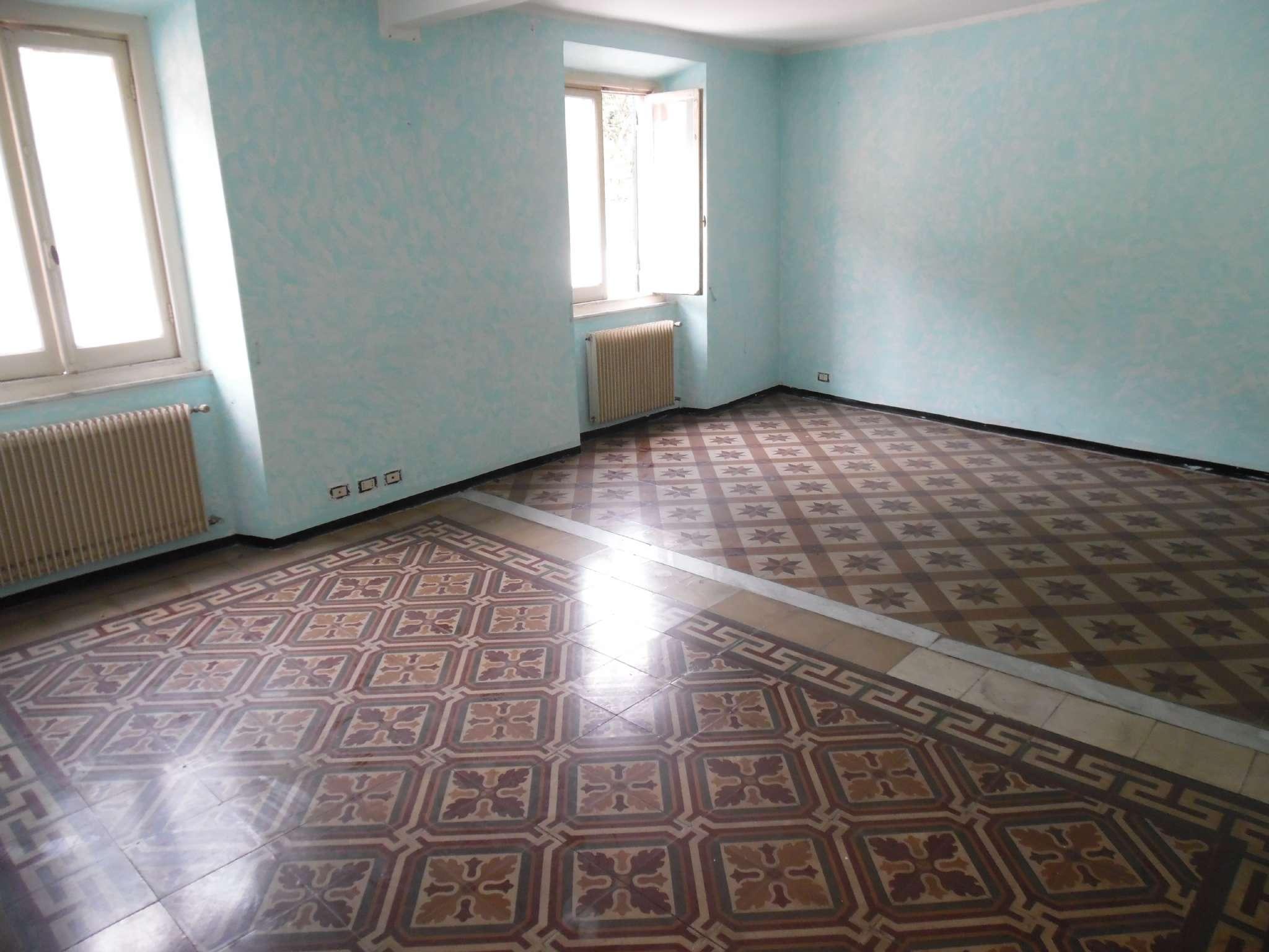 Mignanego, in piccola palazzina 7 vani con balcone e cantina