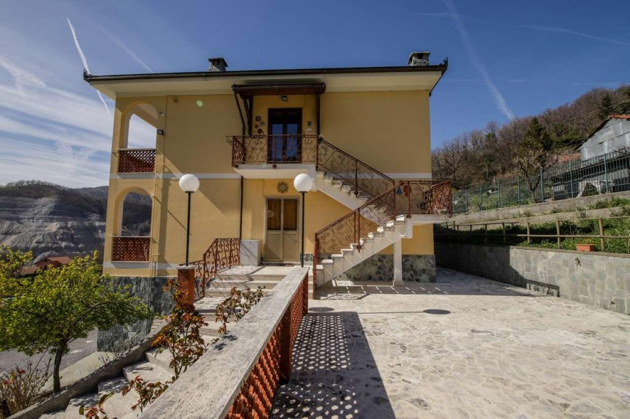 Appartamento in vendita a Campomorone, 7 locali, prezzo € 245.000 | CambioCasa.it