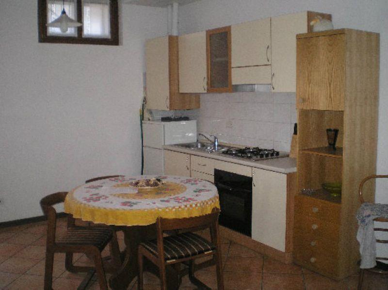 Appartamento in discrete condizioni arredato in affitto Rif. 8424840