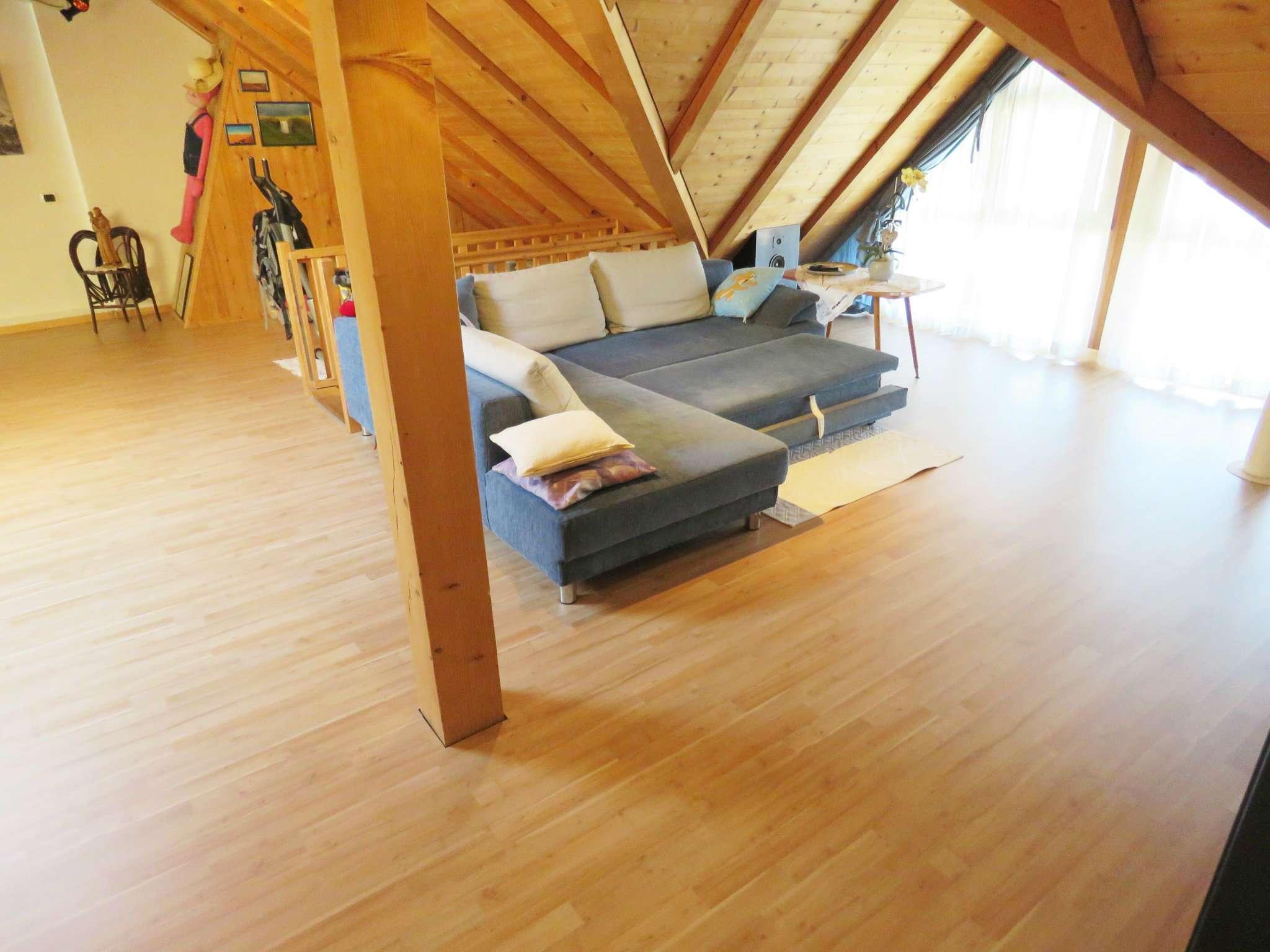 Luminoso e curato appartamento su due piani